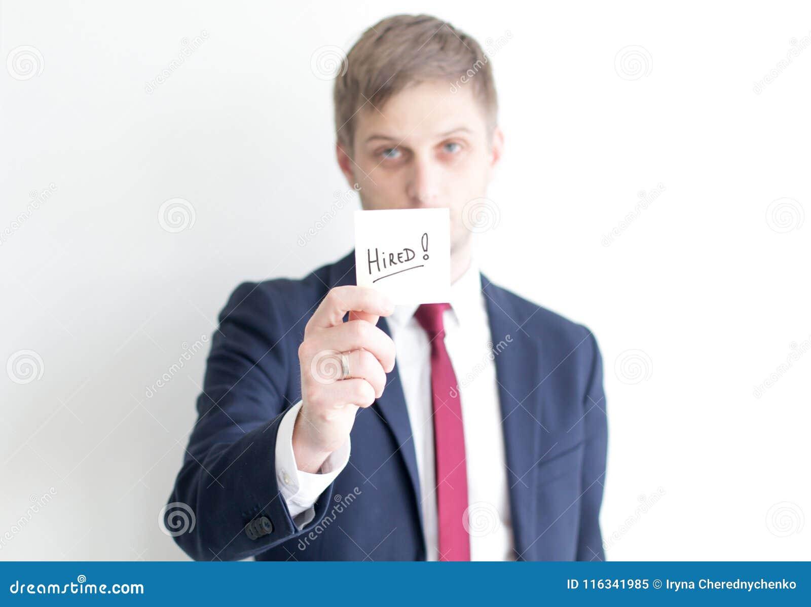 Homem de negócios com o texto contratado