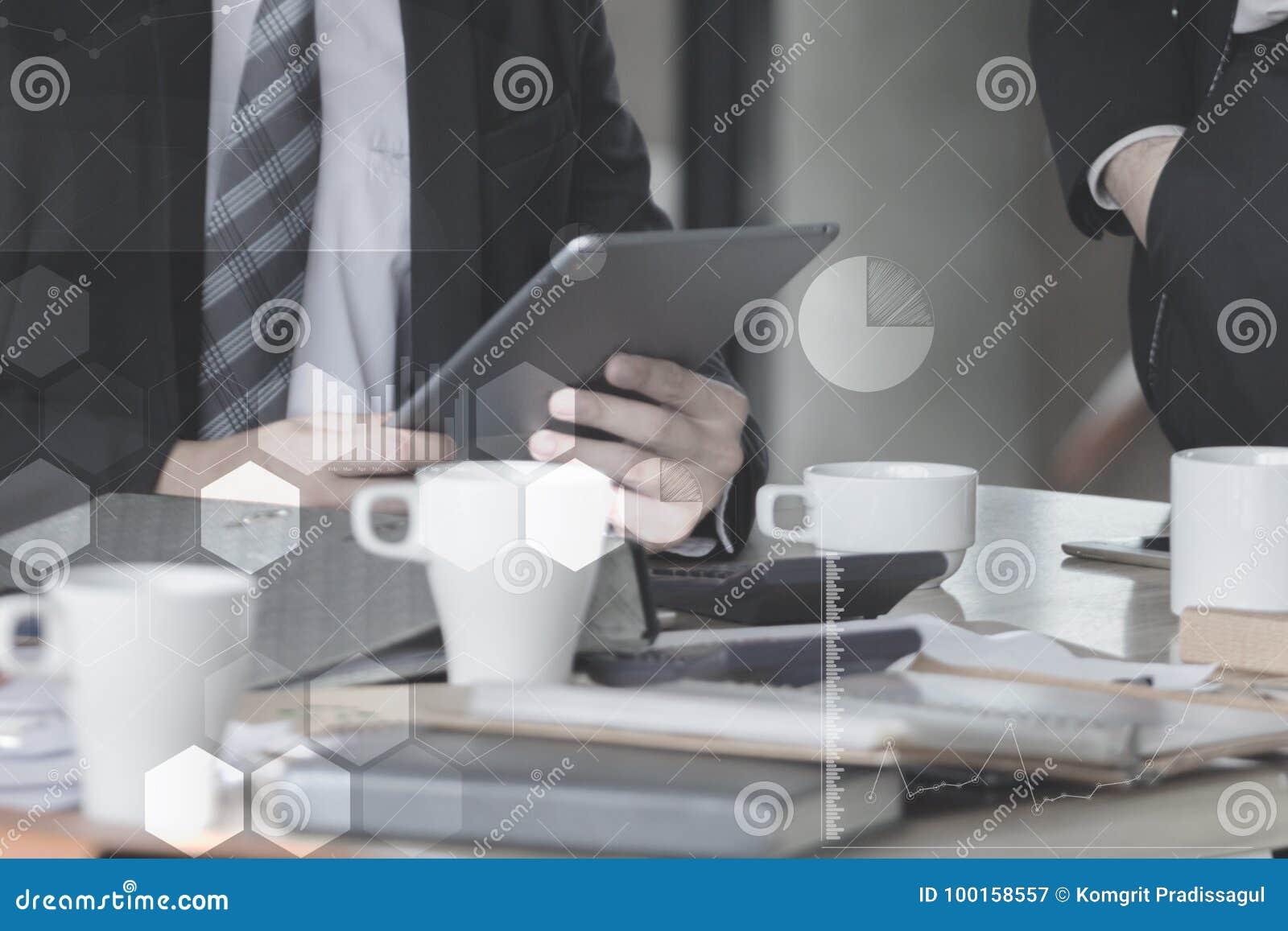 Homem de negócios com a tela tocante do dedo de uma tabuleta digital no escritório na tabela com dados do gráfico do original