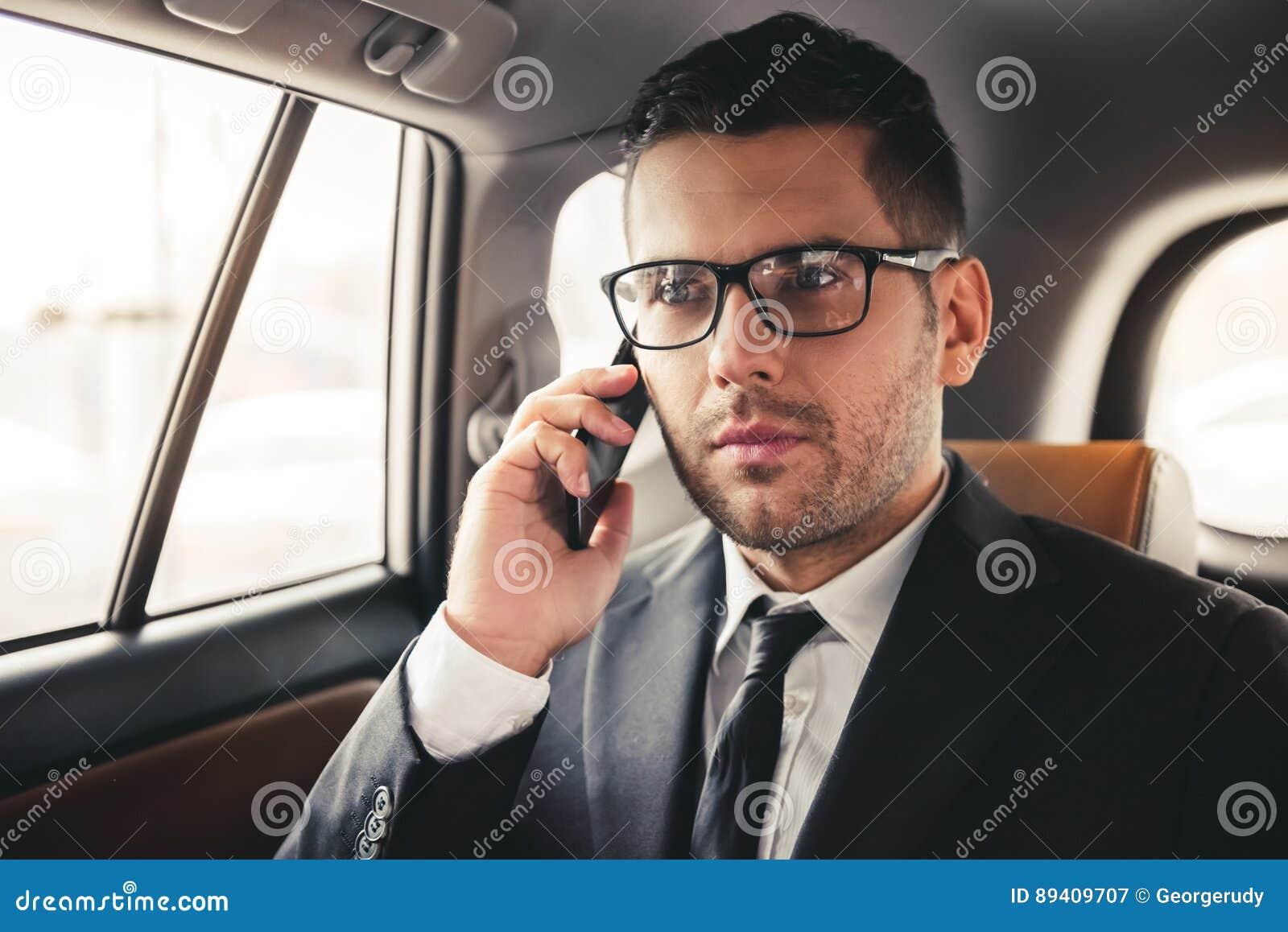 Homem de negócios considerável no carro