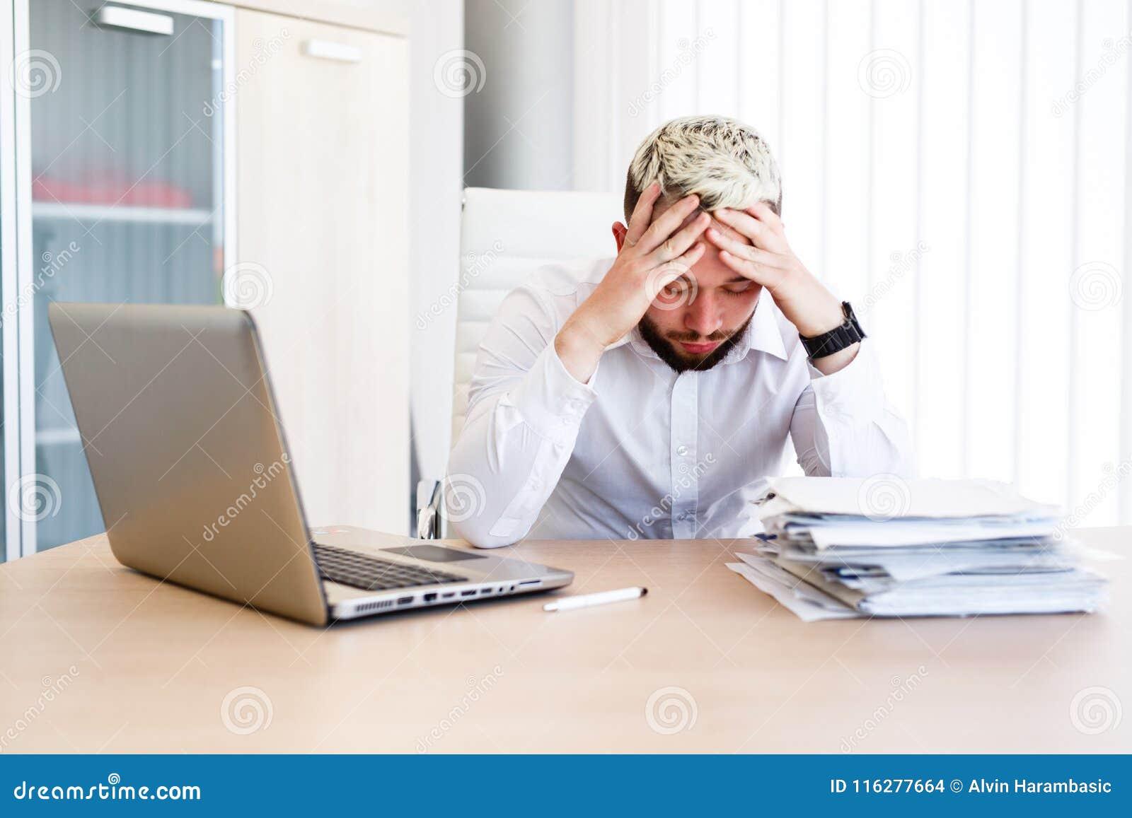 Homem de negócios considerável novo Has Headache