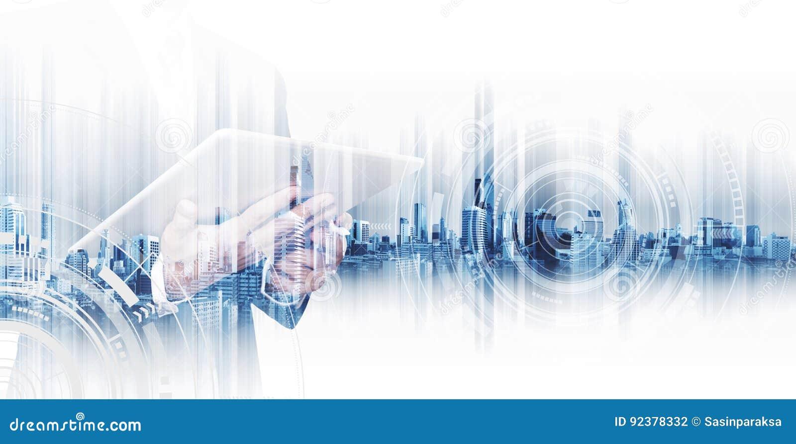 Homem de negócios da exposição dobro que trabalha na tabuleta digital, conceitos da rede da tecnologia do negócio