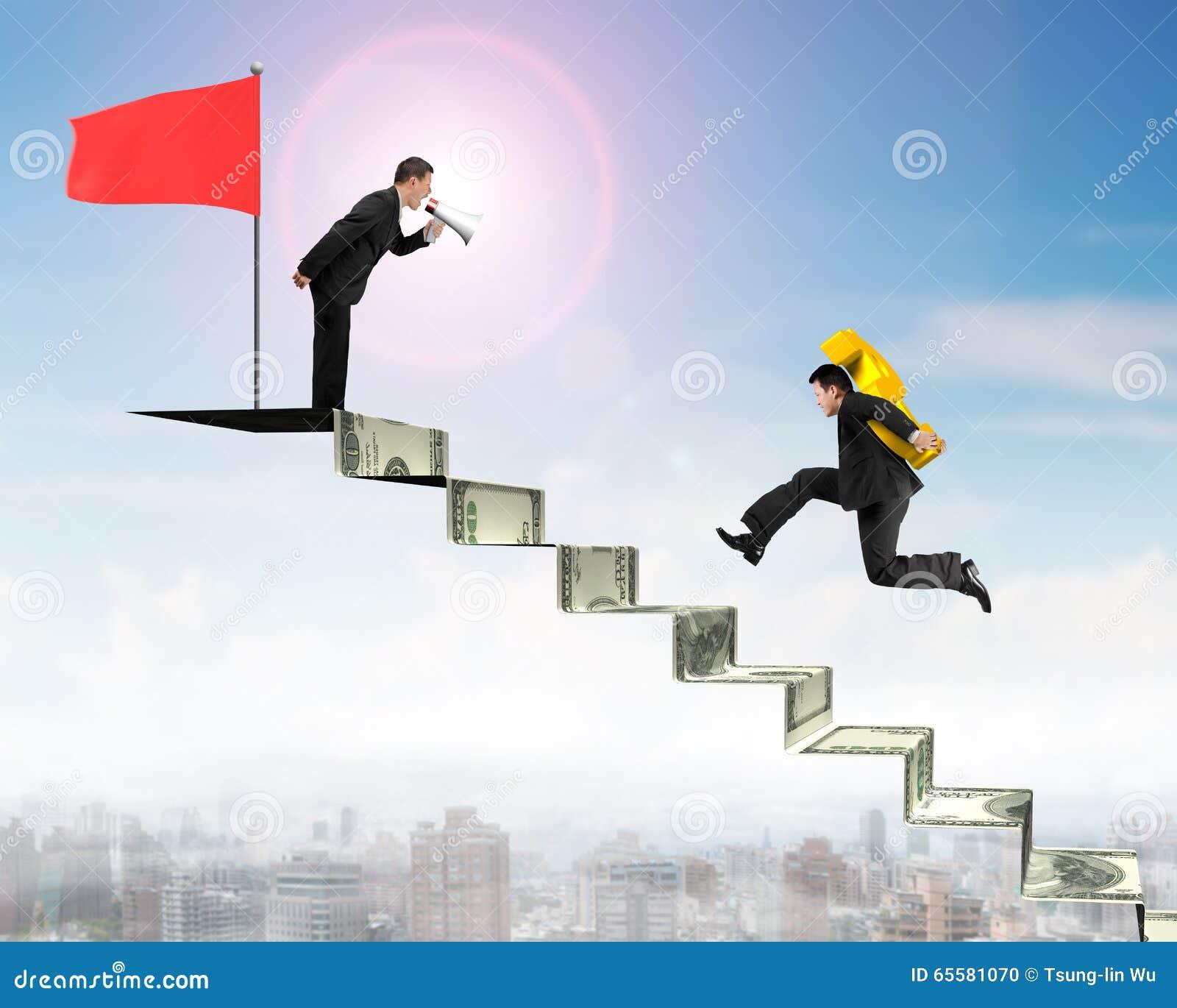 Homem de negócios da gritaria do líder que leva USD em escadas do dinheiro com fl