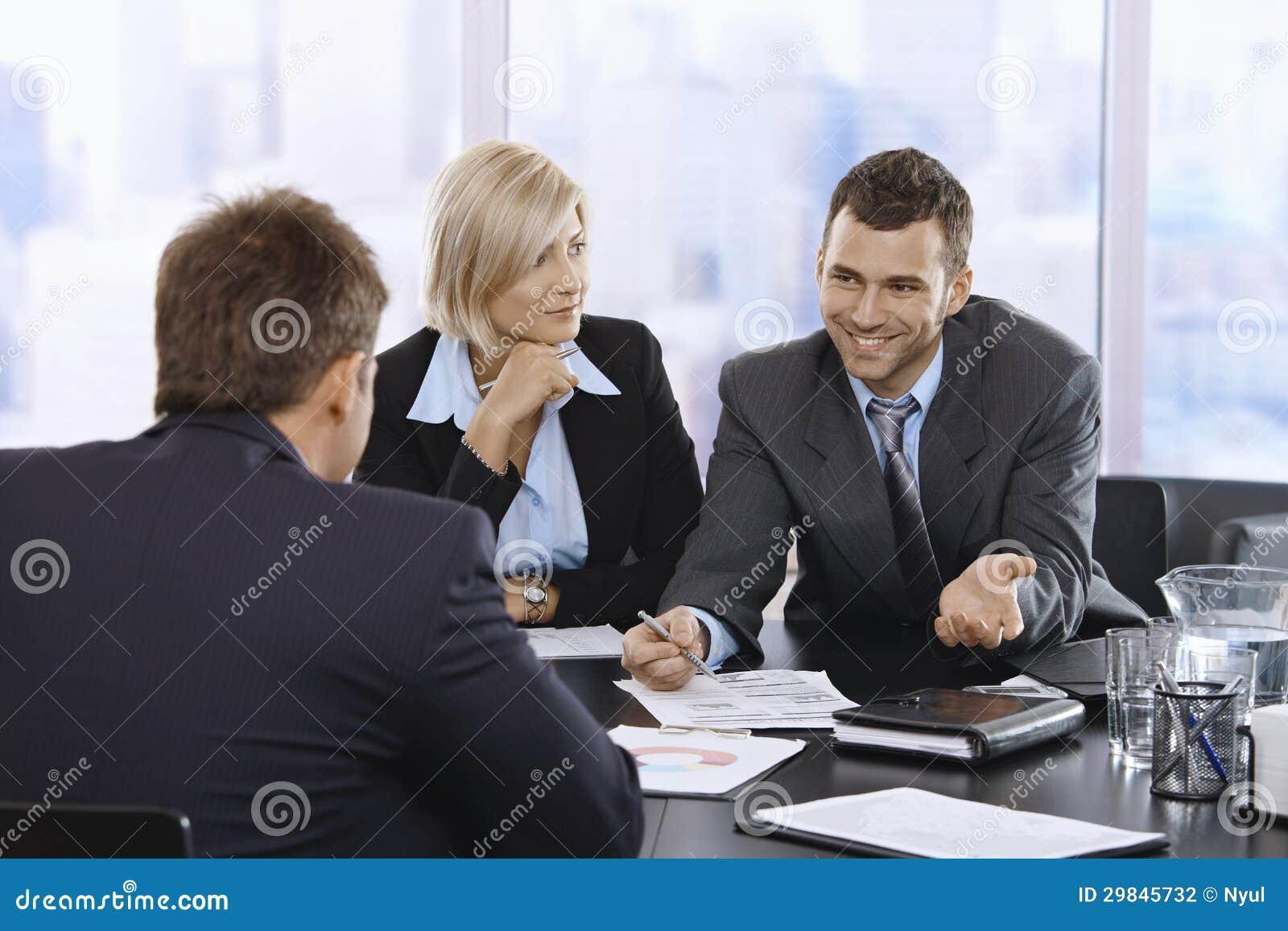 Homem de negócios que sorri na reunião