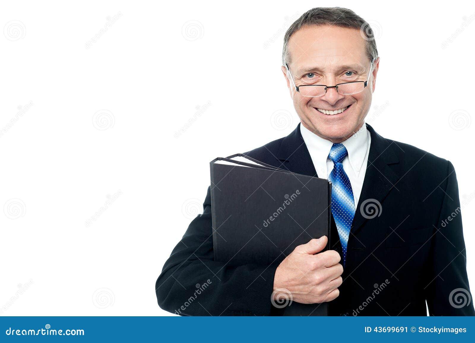 Homem de negócios de sorriso que guarda pastas de arquivos