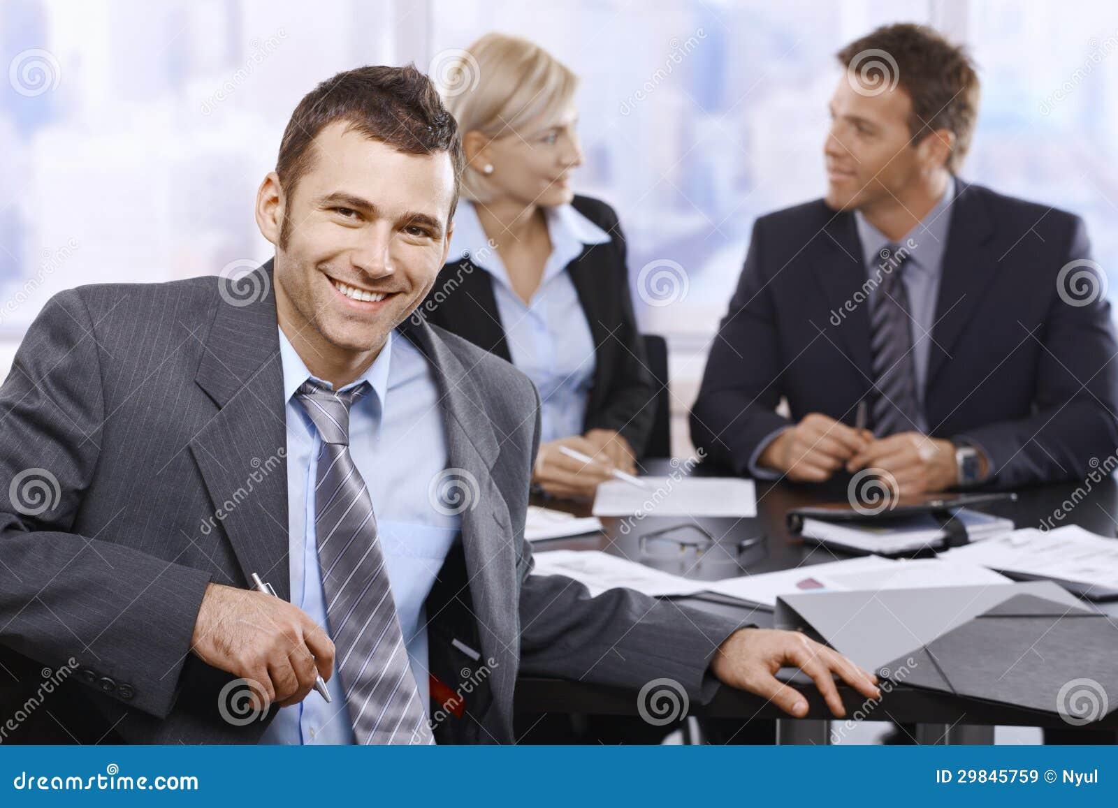 Homem de negócios de sorriso na reunião