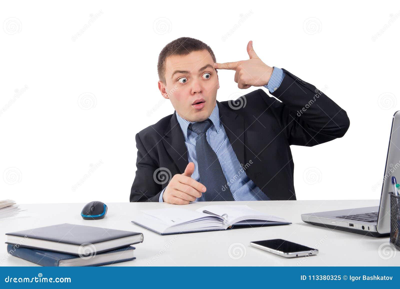 Homem de negócios desesperado que aponta seu dedo a sua cabeça em um tiro ele mesmo após ter recebido a notícia