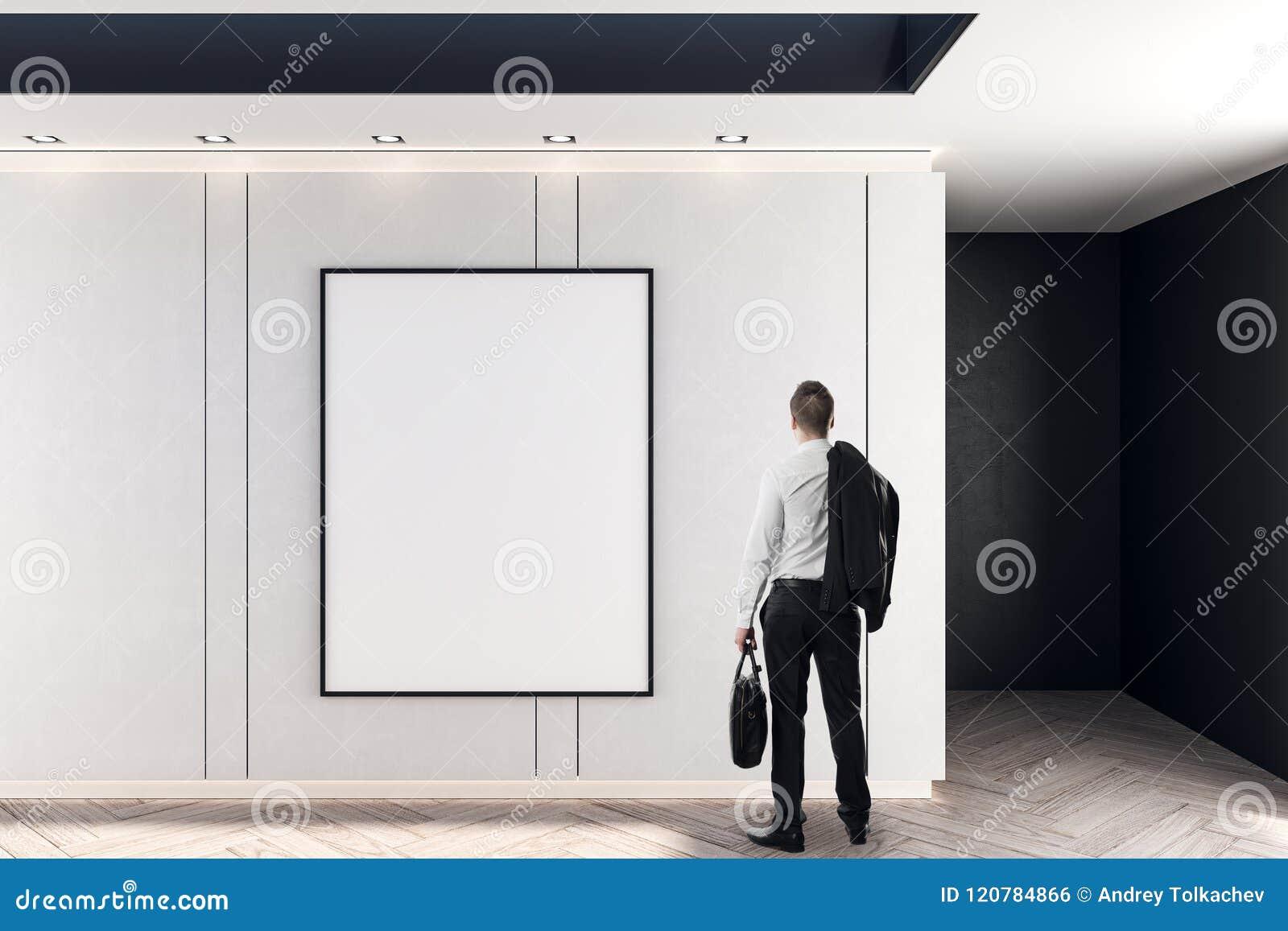 Homem de negócios e cartaz vazio
