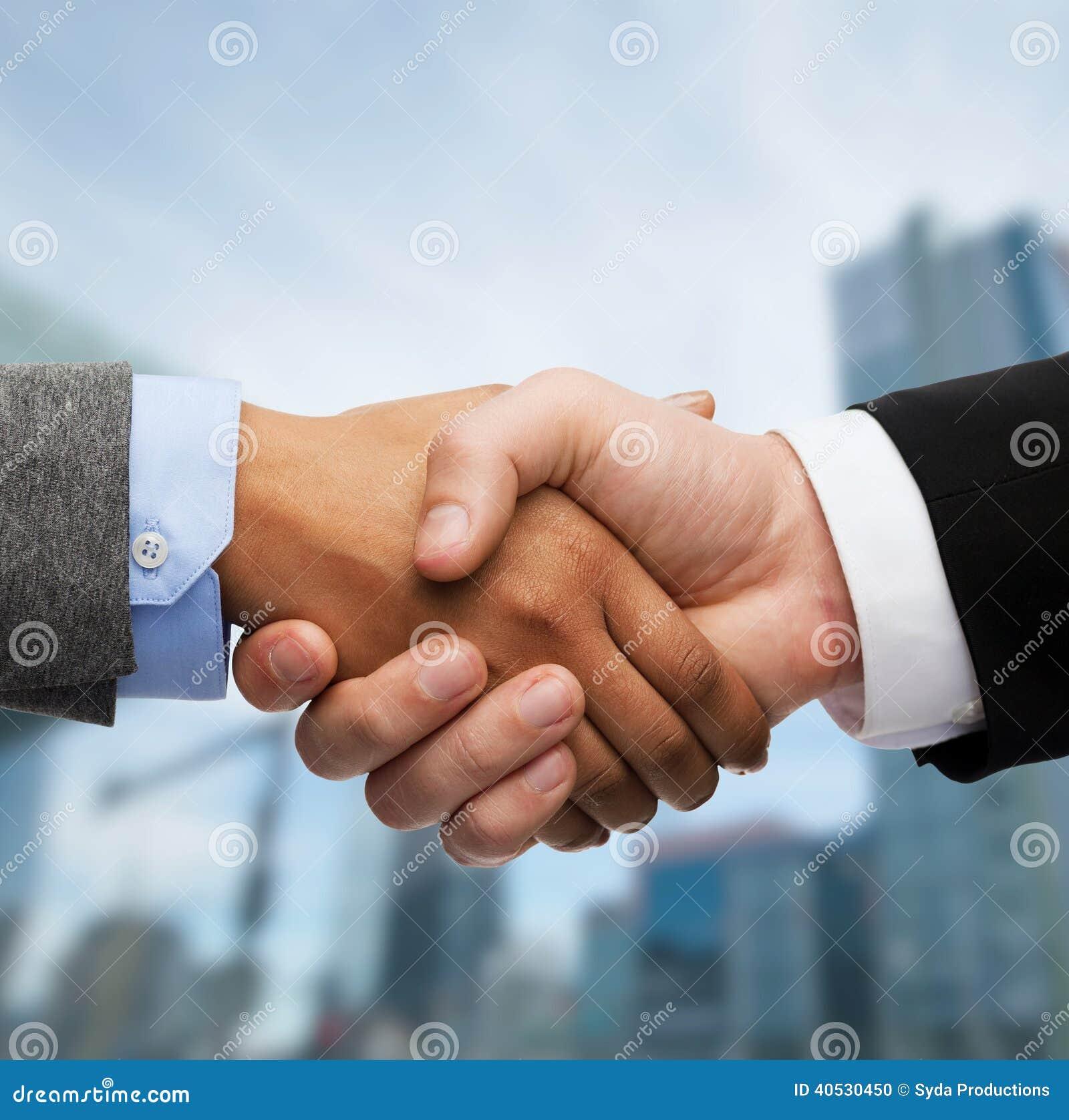 Homem de negócios e mulher de negócios que agitam as mãos