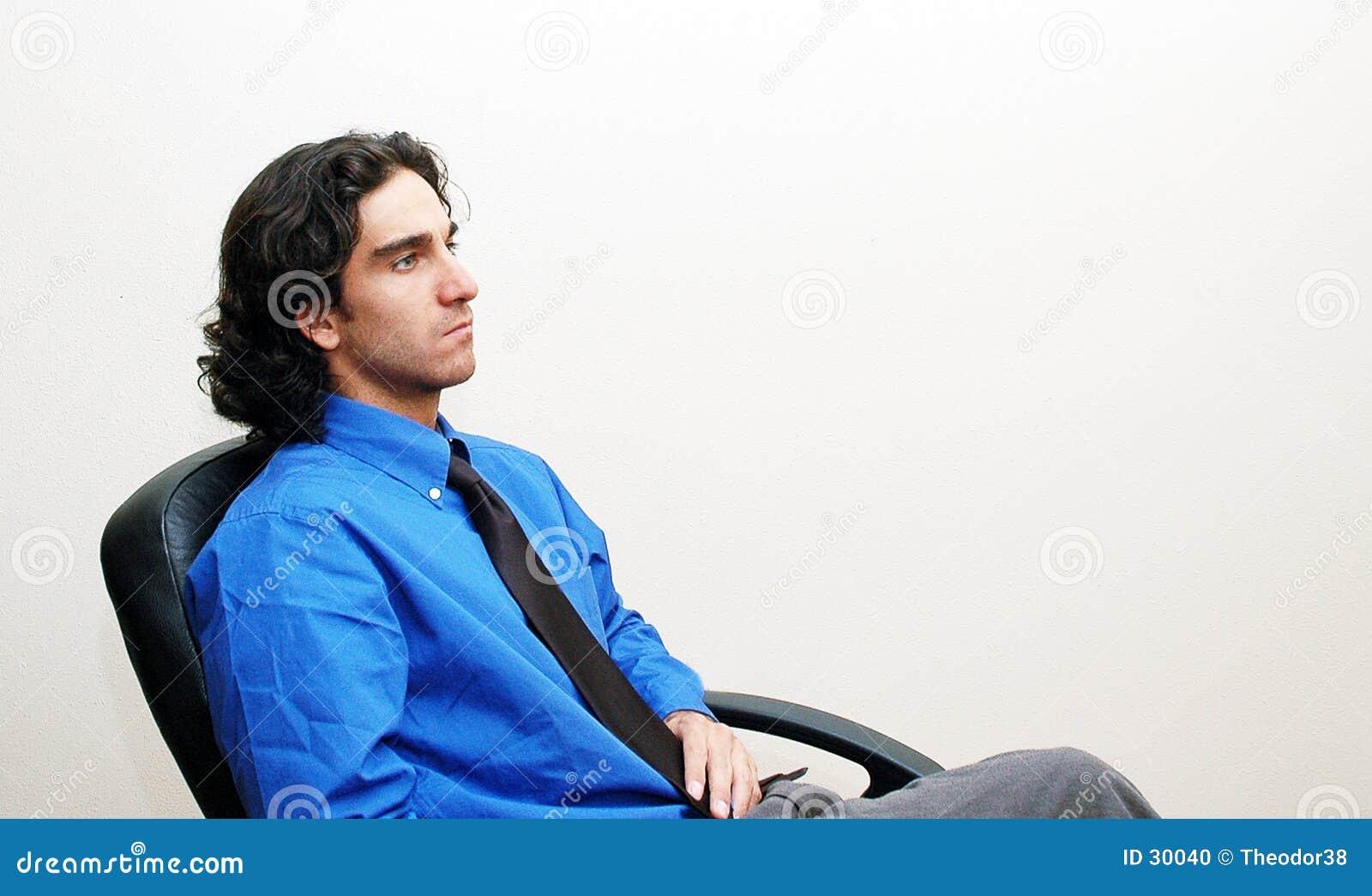 Homem de negócios em uma cadeira