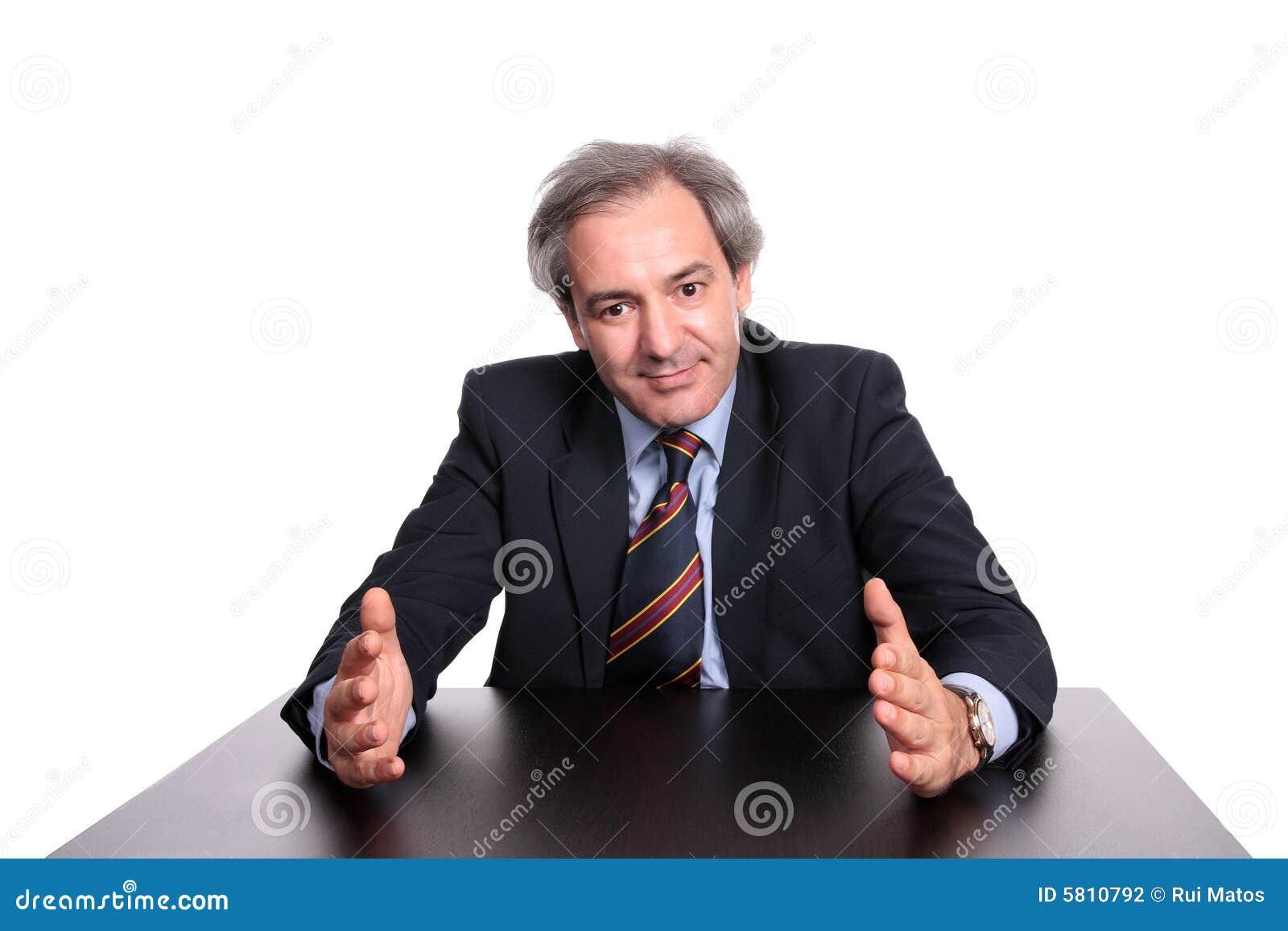 Homem de negócios em uma tabela que explica uma estratégia