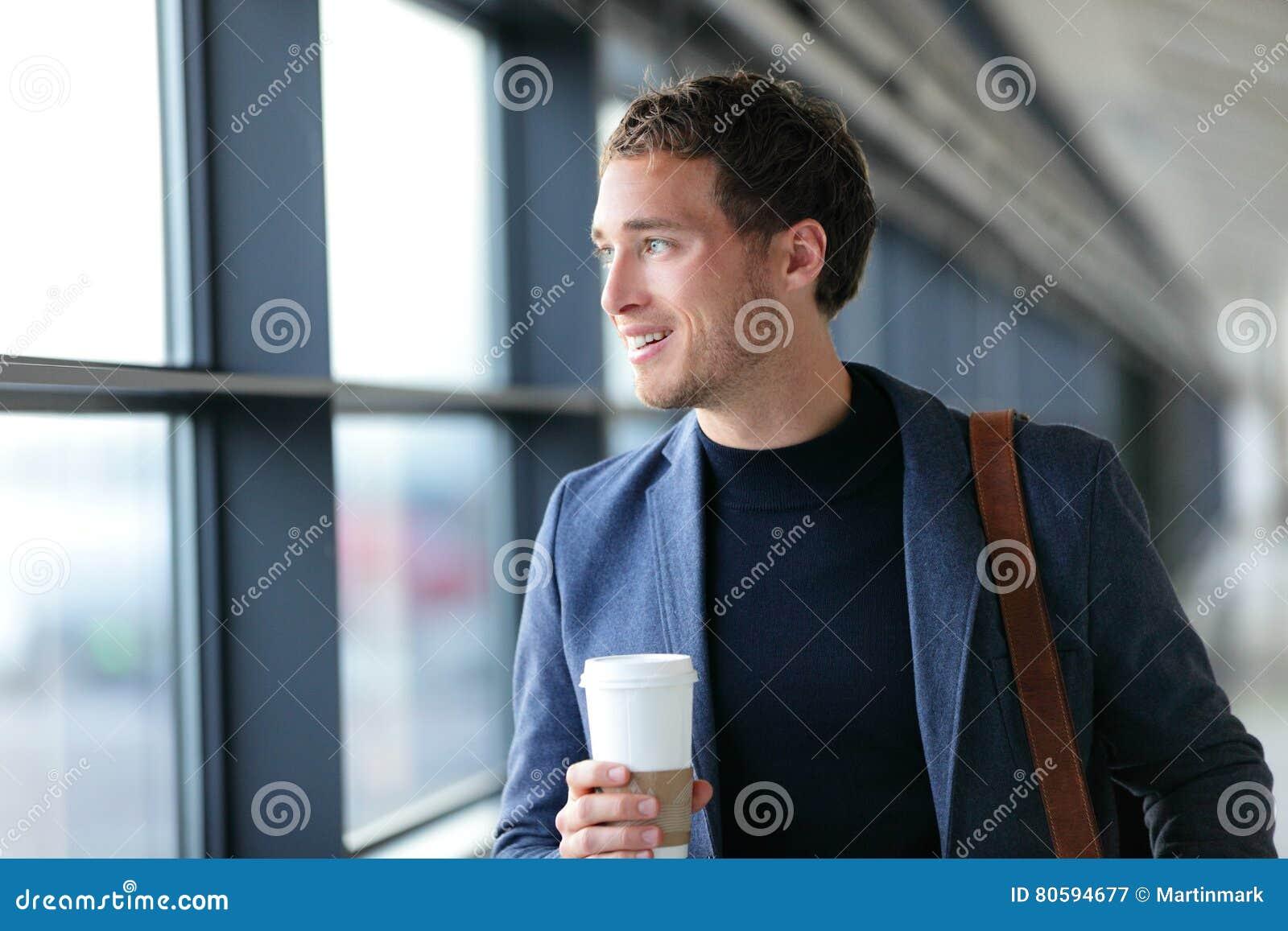 Homem de negócios feliz que vai trabalhar o café bebendo