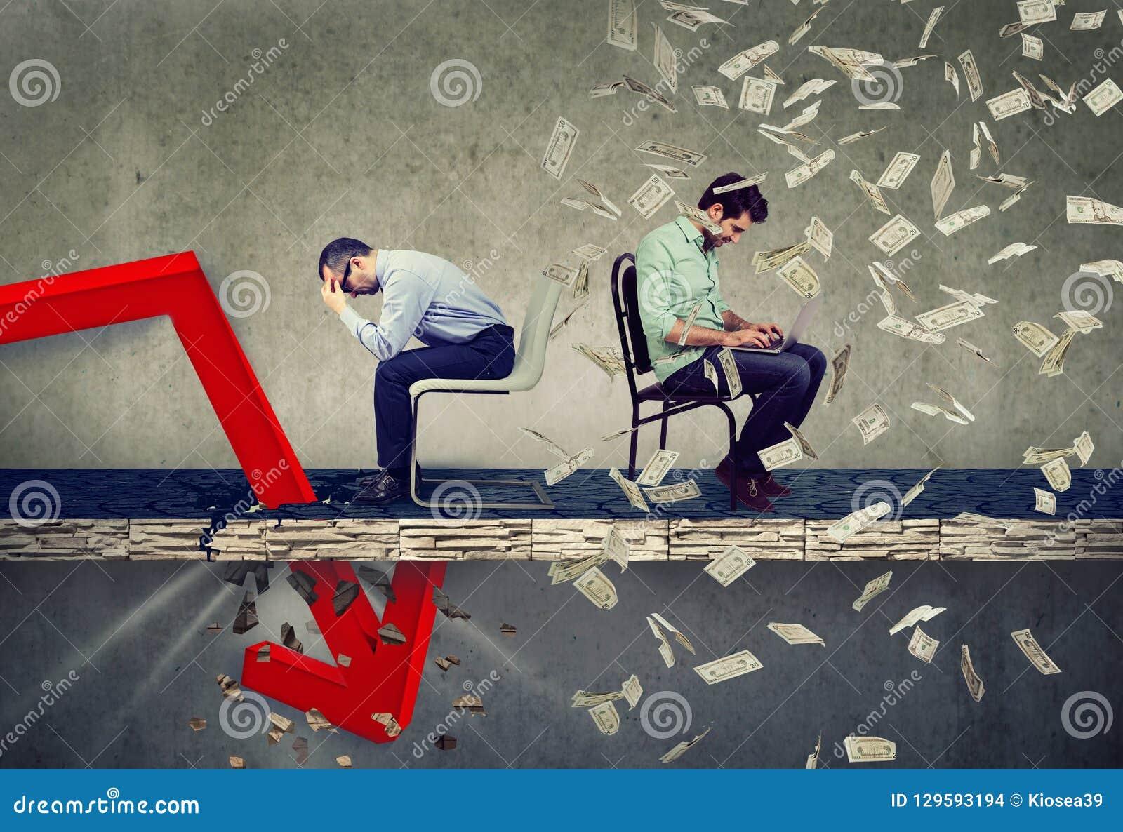 Homem de negócios forçado que olha para baixo na queda para baixo seta que senta-se ao lado de um indivíduo bem sucedido que trab