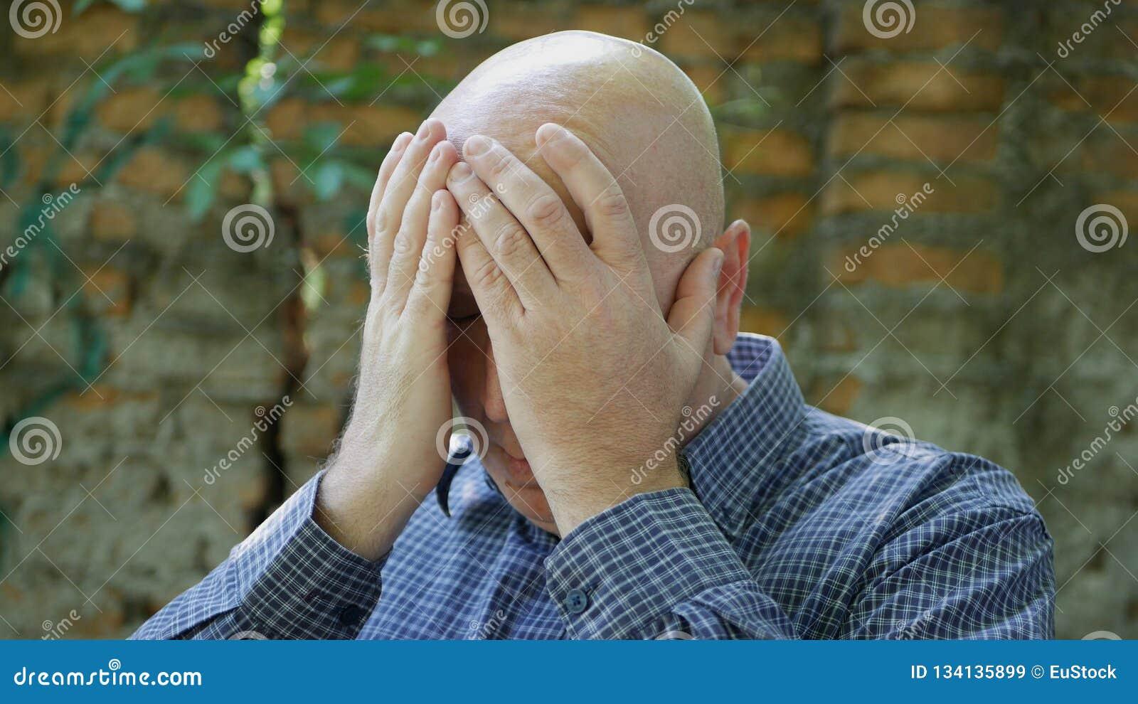 Homem de negócios Gesticulate Nervous da virada e decepcionado com mãos
