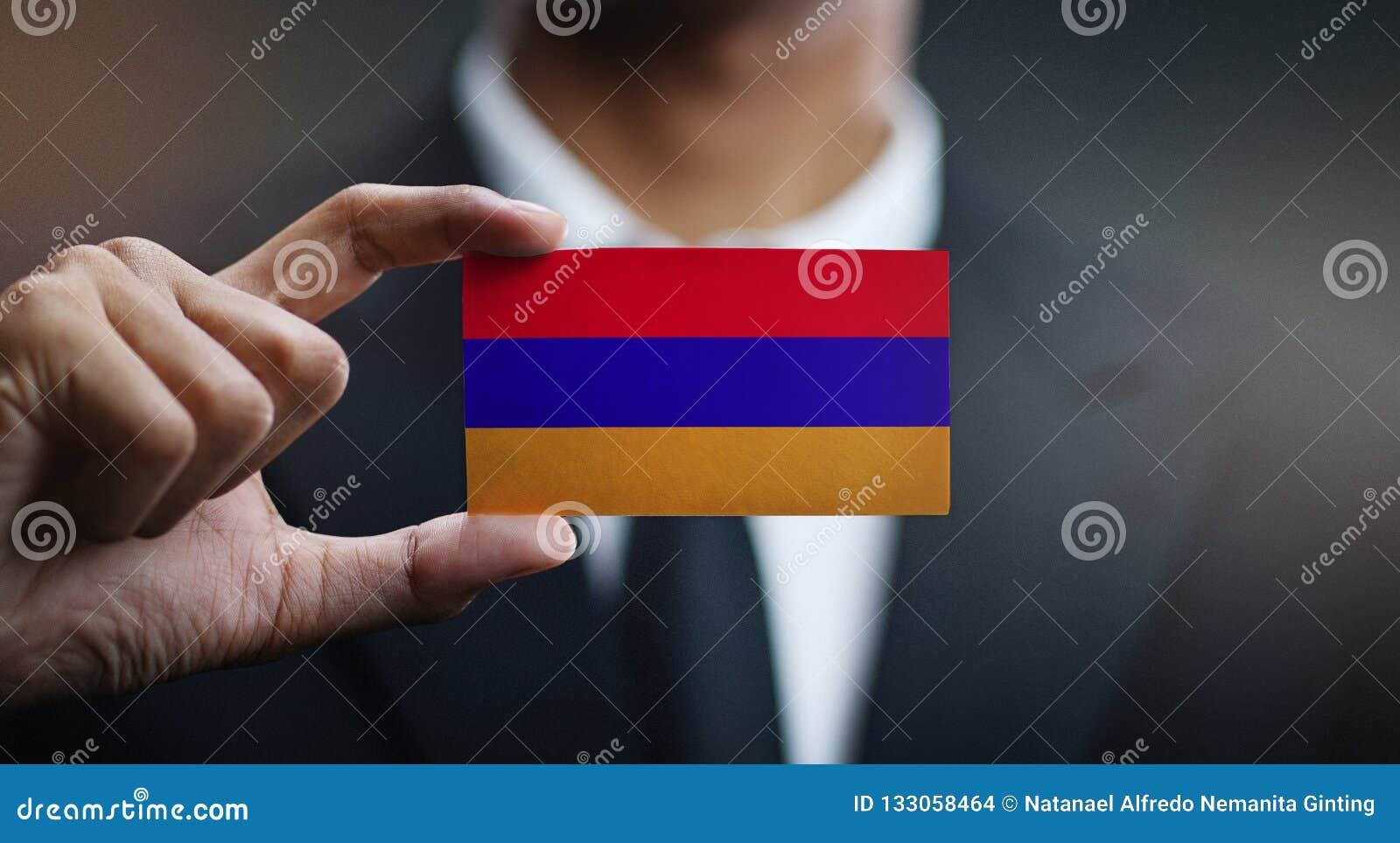 Homem de negócios Holding Card da bandeira de Armênia