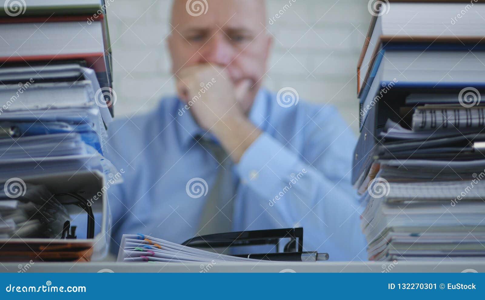 Homem de negócios incomodado Image no pensamento da sala do arquivo triste e decepcionado
