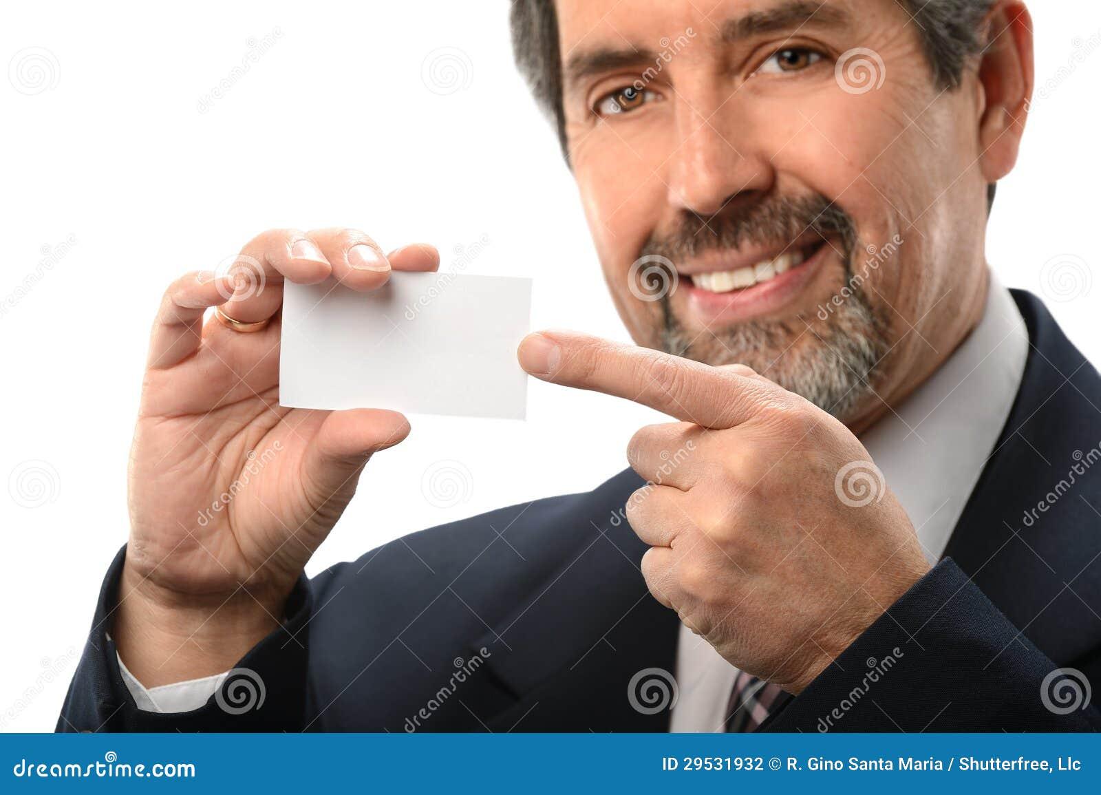 Homem de negócios latino-americano que aponta ao cartão