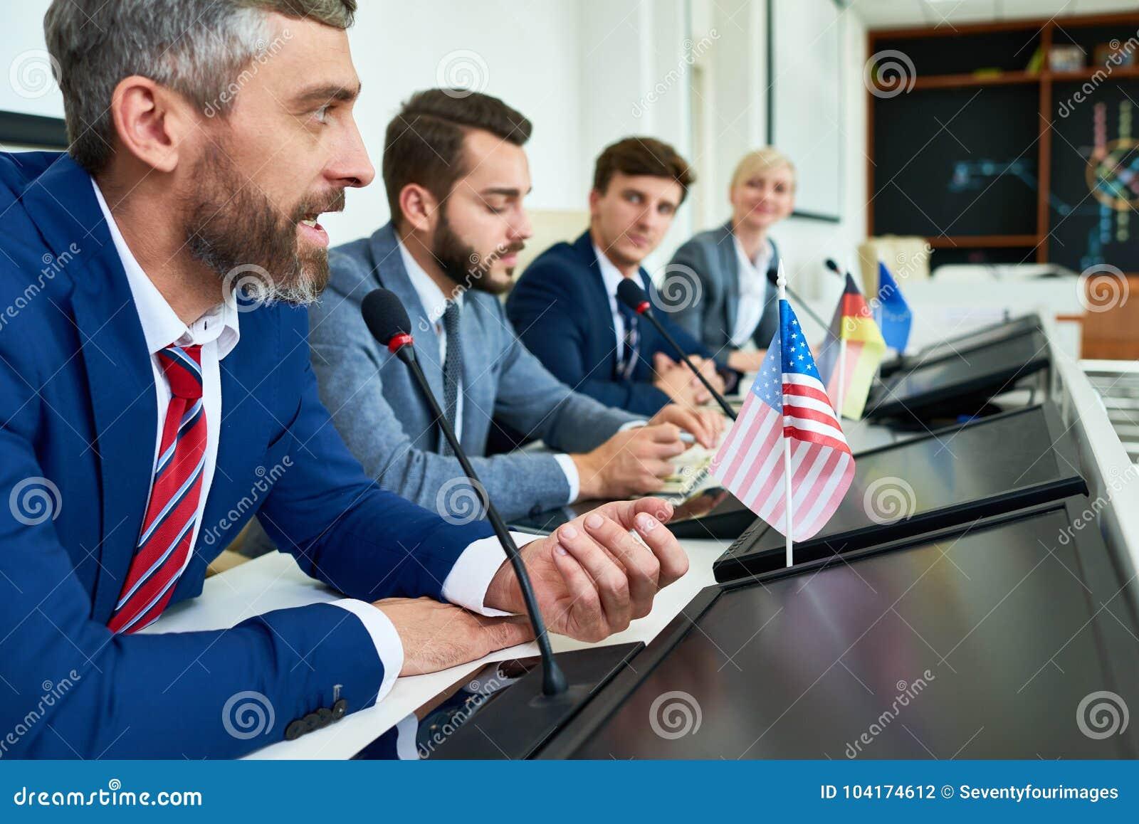 Homem de negócios maduro na conferência de imprensa política
