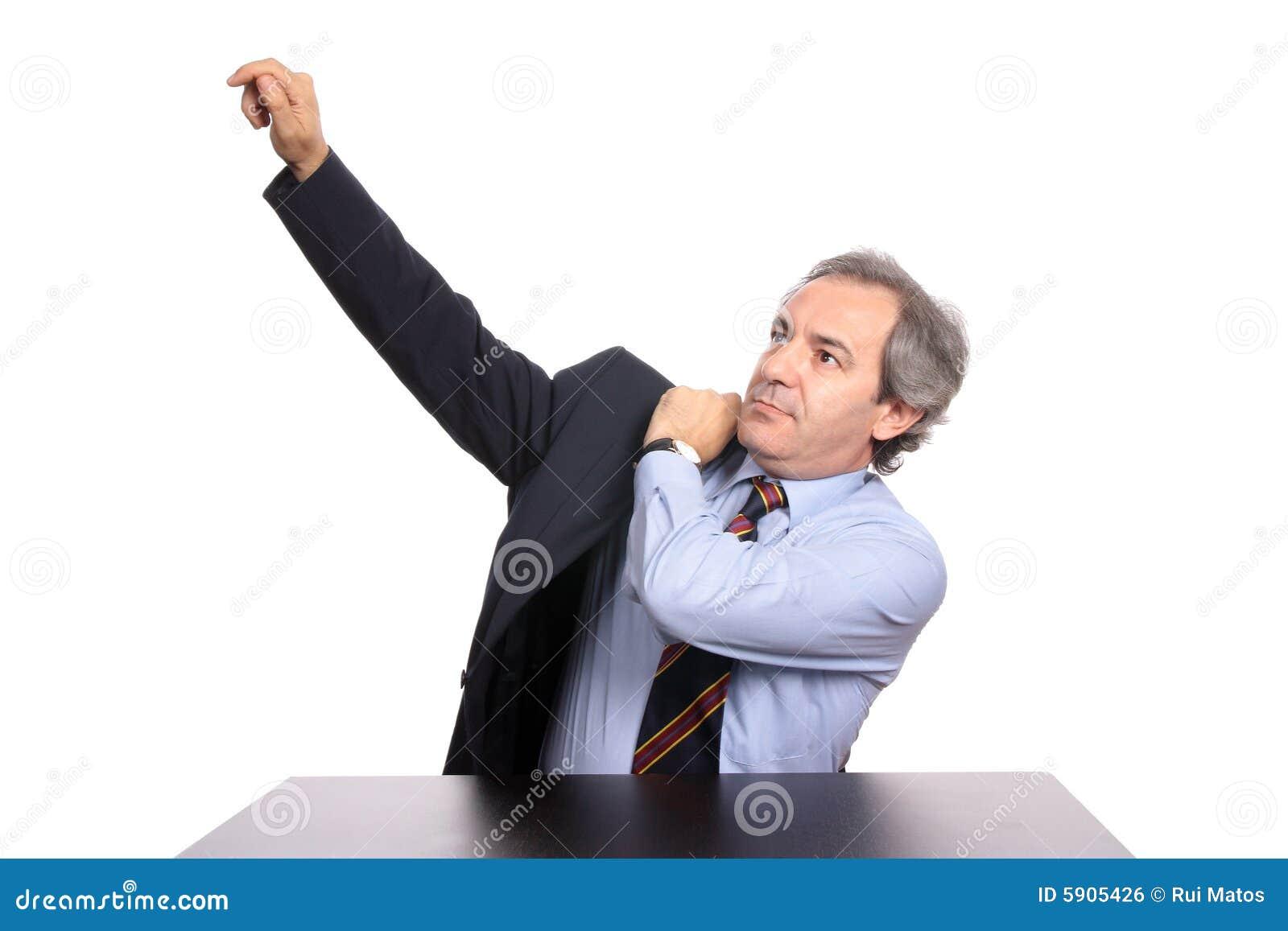 Homem de negócios maduro que desgasta um revestimento