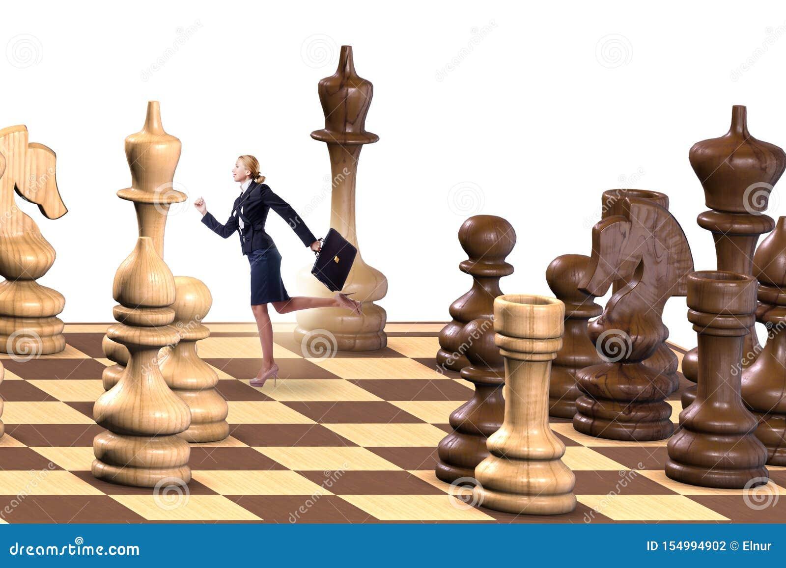 Homem de negócios na grande placa de xadrez no conceito da estratégia