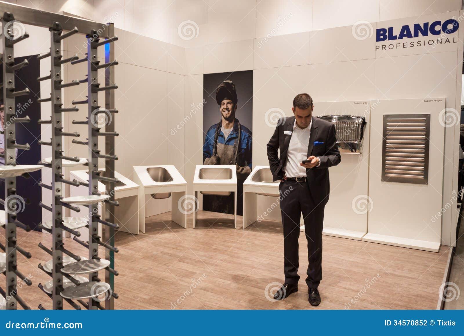 Homem de negócios no anfitrião 2013 em Milão, Itália