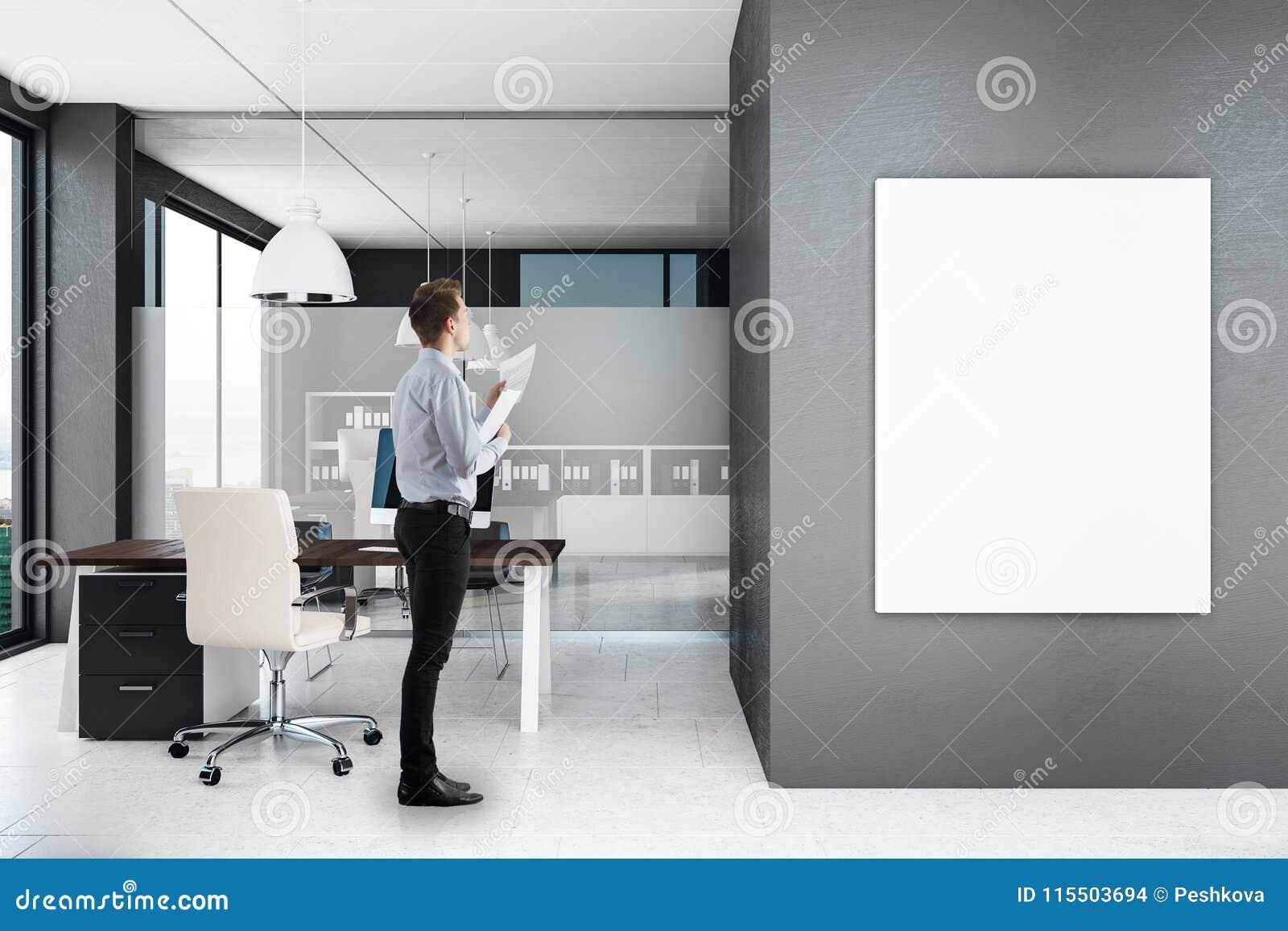 Homem de negócios no escritório moderno com cartaz