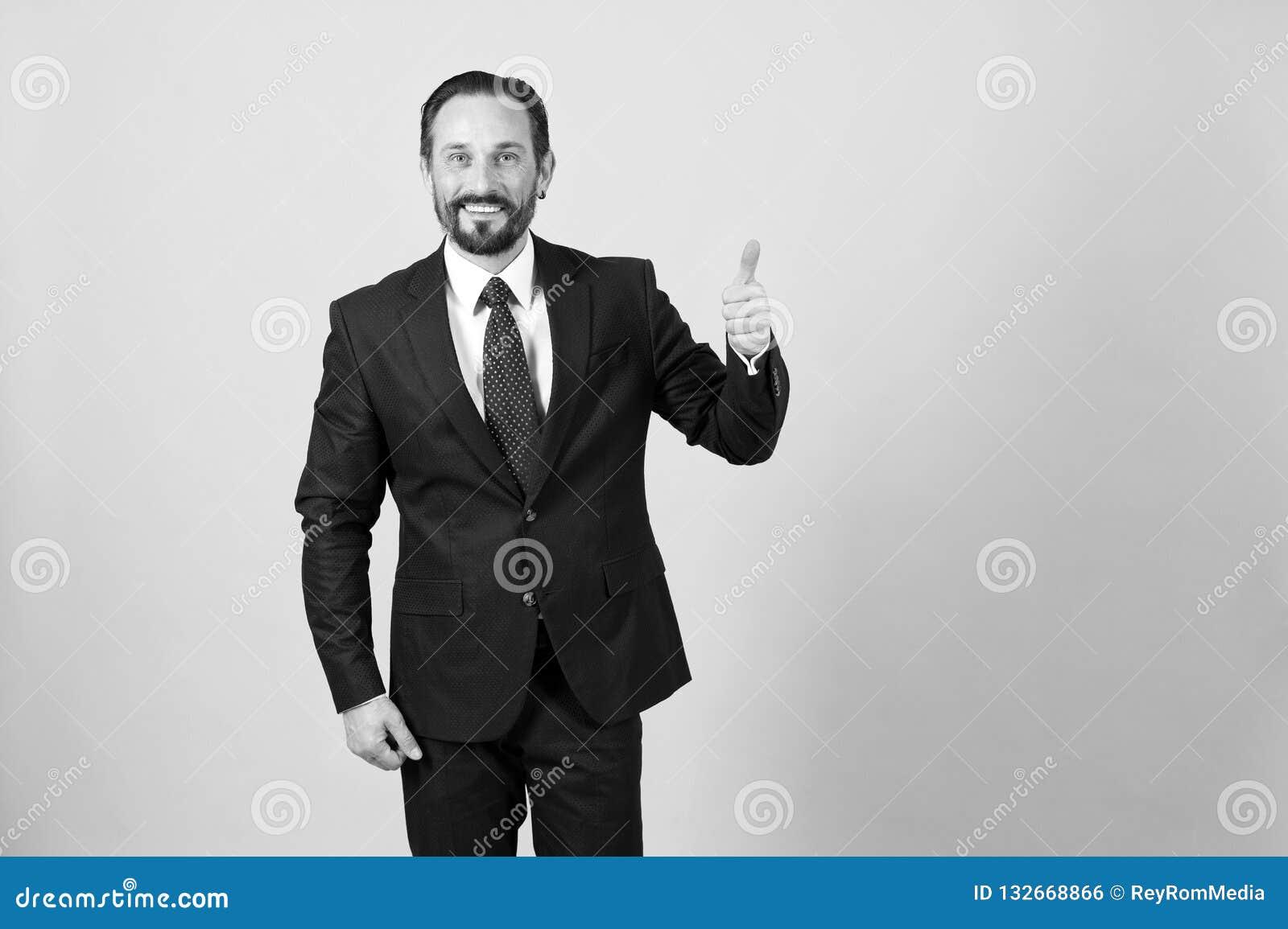 Homem de negócios no polegar escuro do terno acima no fundo branco isolado dentro