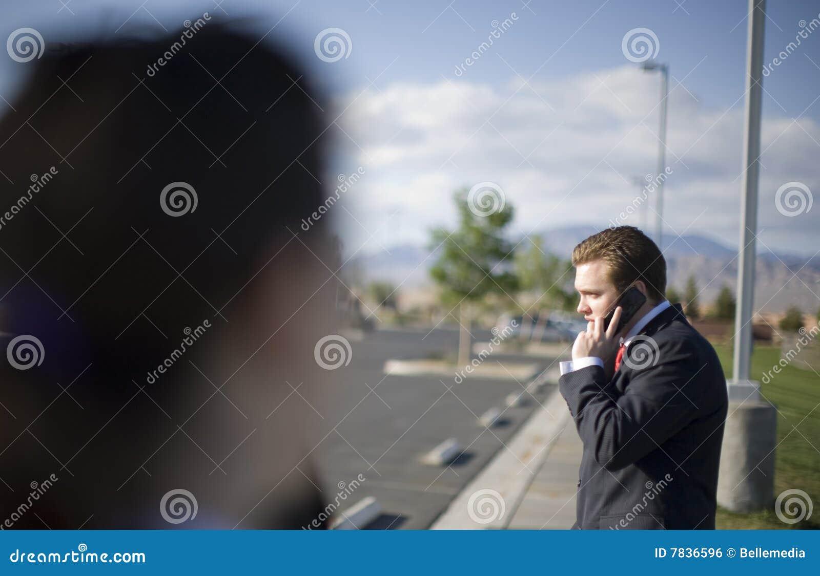 Homem de negócios no telefone de pilha