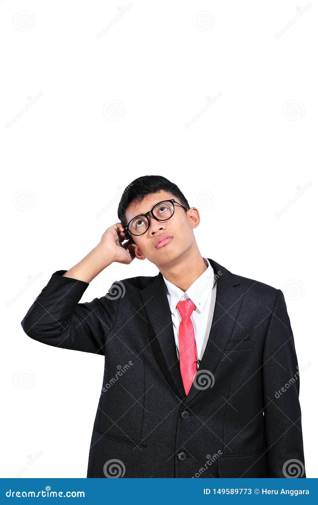 Homem de negócios novo asiático que pensa sobre a pergunta, mão na cabeça, expressão pensativa Confusão com cara pensativa Concei