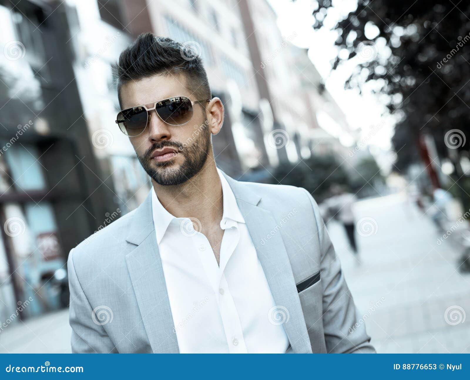 Homem de negócios novo dedicado bem sucedido na rua
