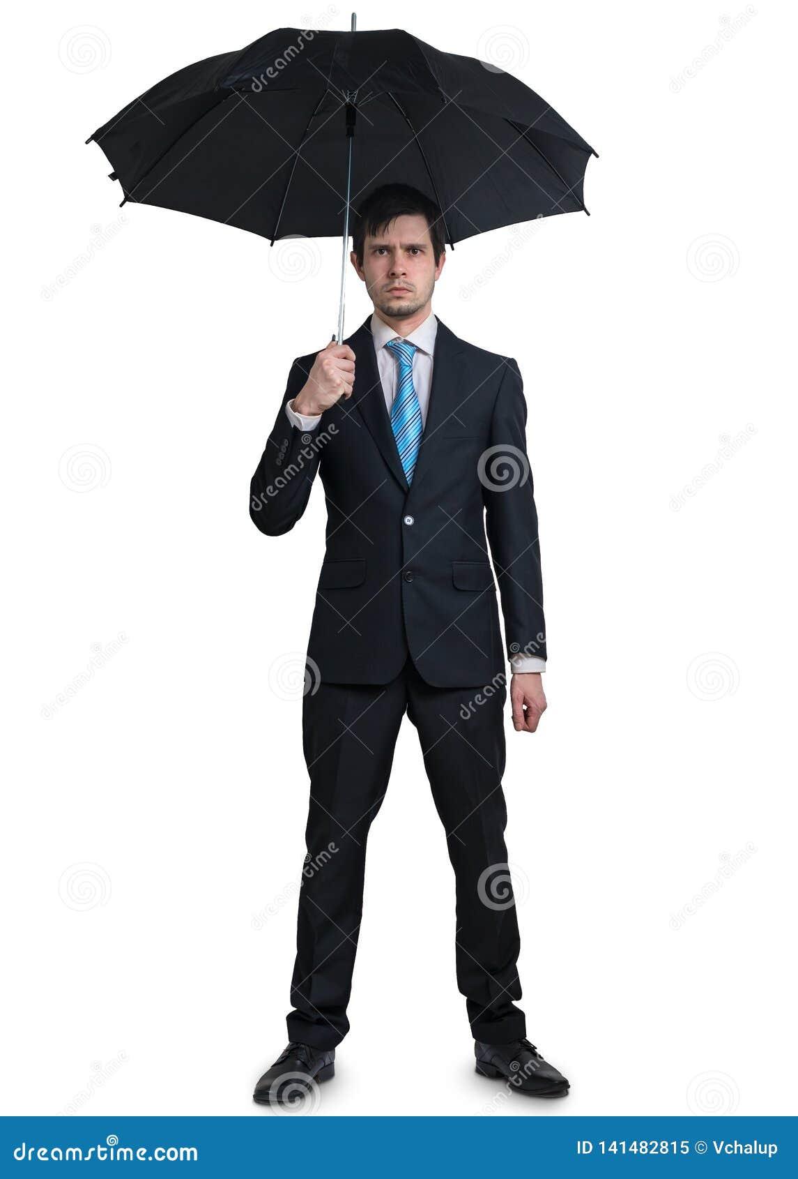 Homem de negócios novo no terno com o guarda-chuva isolado no fundo branco
