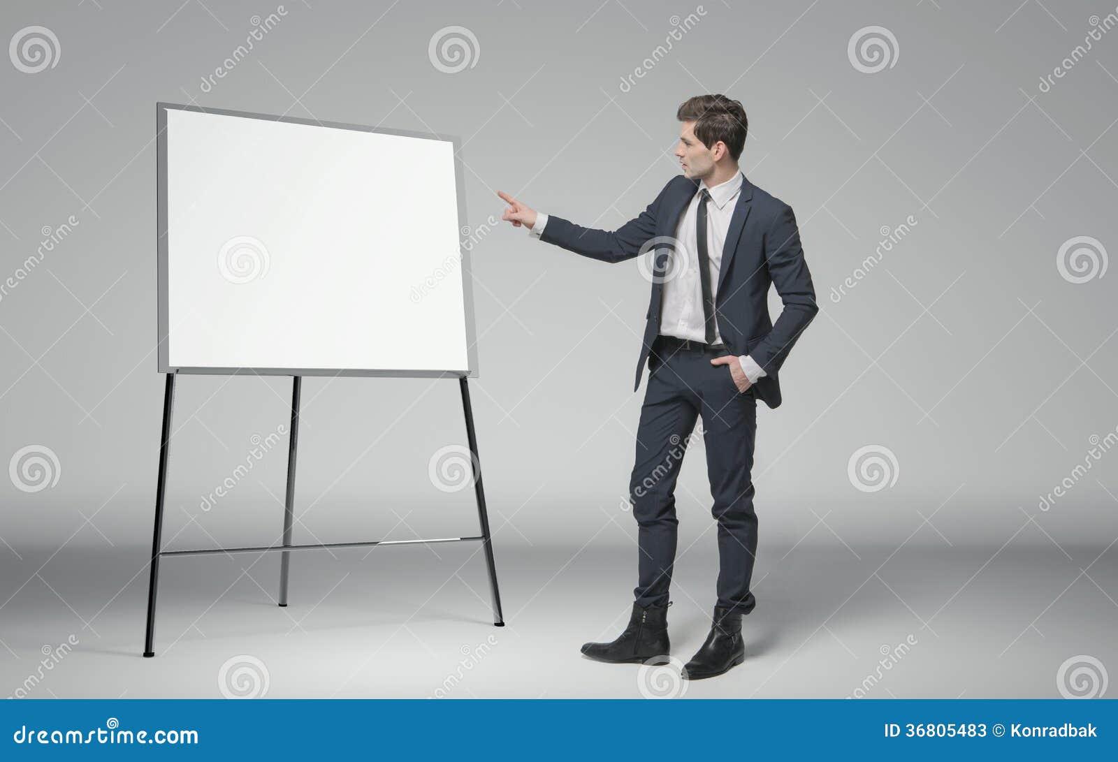 Homem de negócios novo que faz uma leitura sobre o negócio