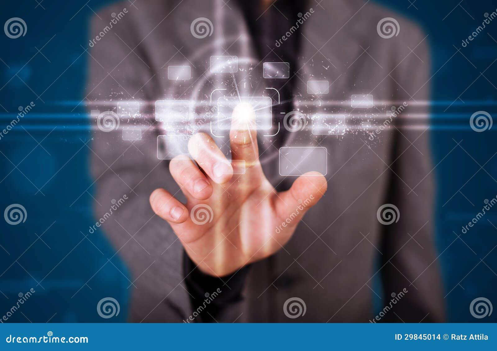 Homem de negócios que pressiona o tipo alta tecnologia de botões modernos