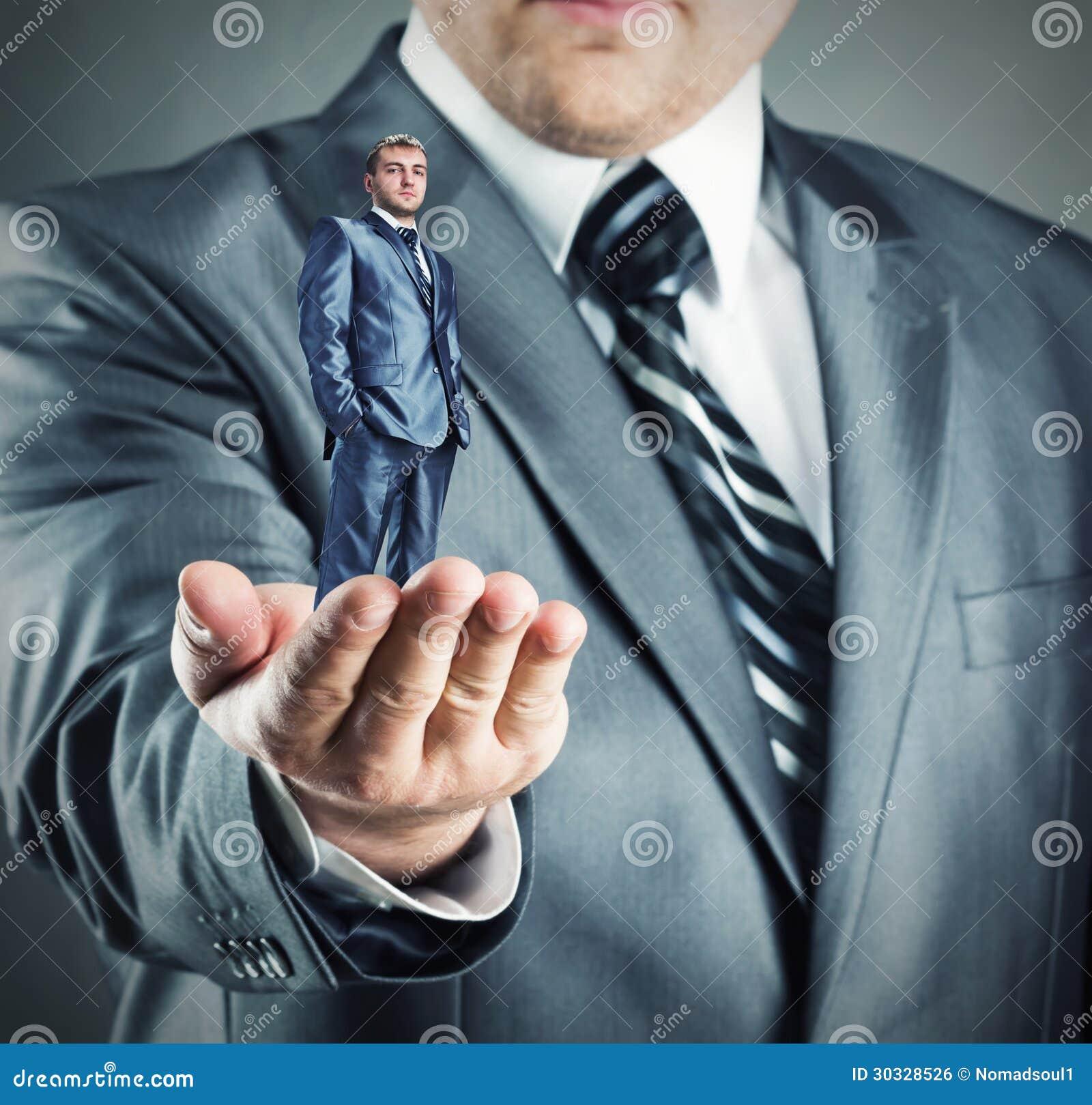 Homem de negócios pequeno à disposição