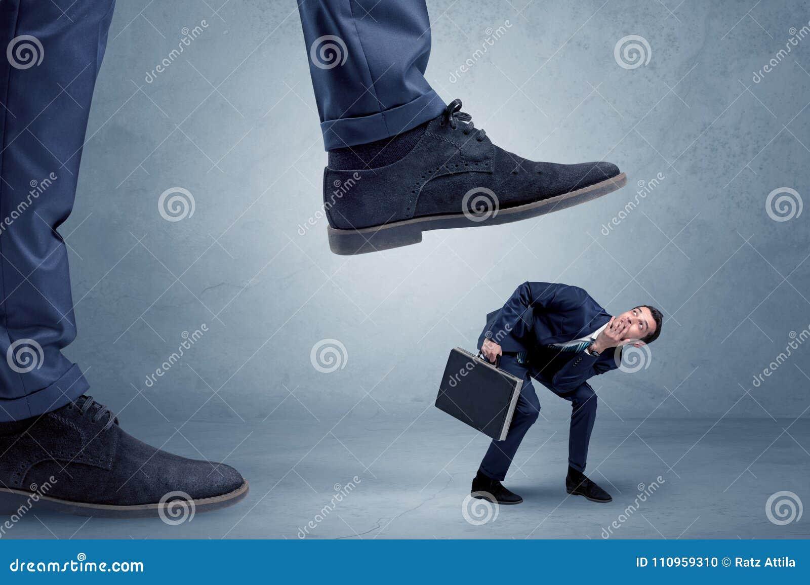 Homem de negócios pequeno pisado no terno