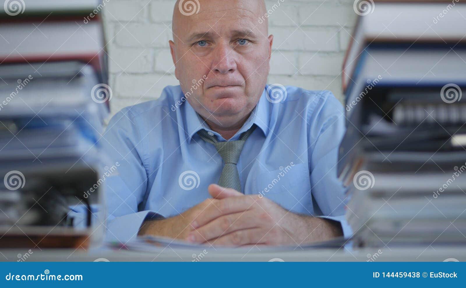 Homem de negócios preocupado no arquivo explicando que olha incomodado e decepcionado