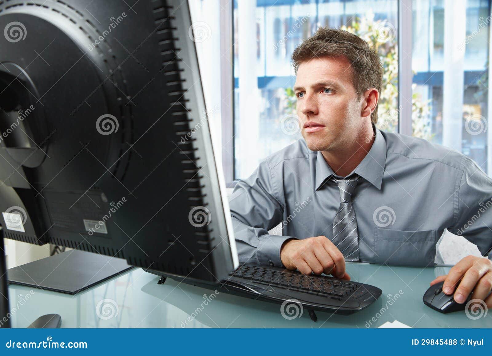 Profissional que trabalha no computador