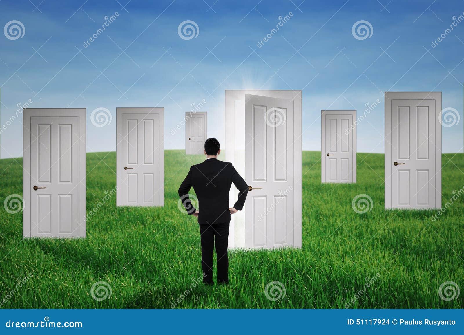 Homem de negócios que anda às portas da oportunidade