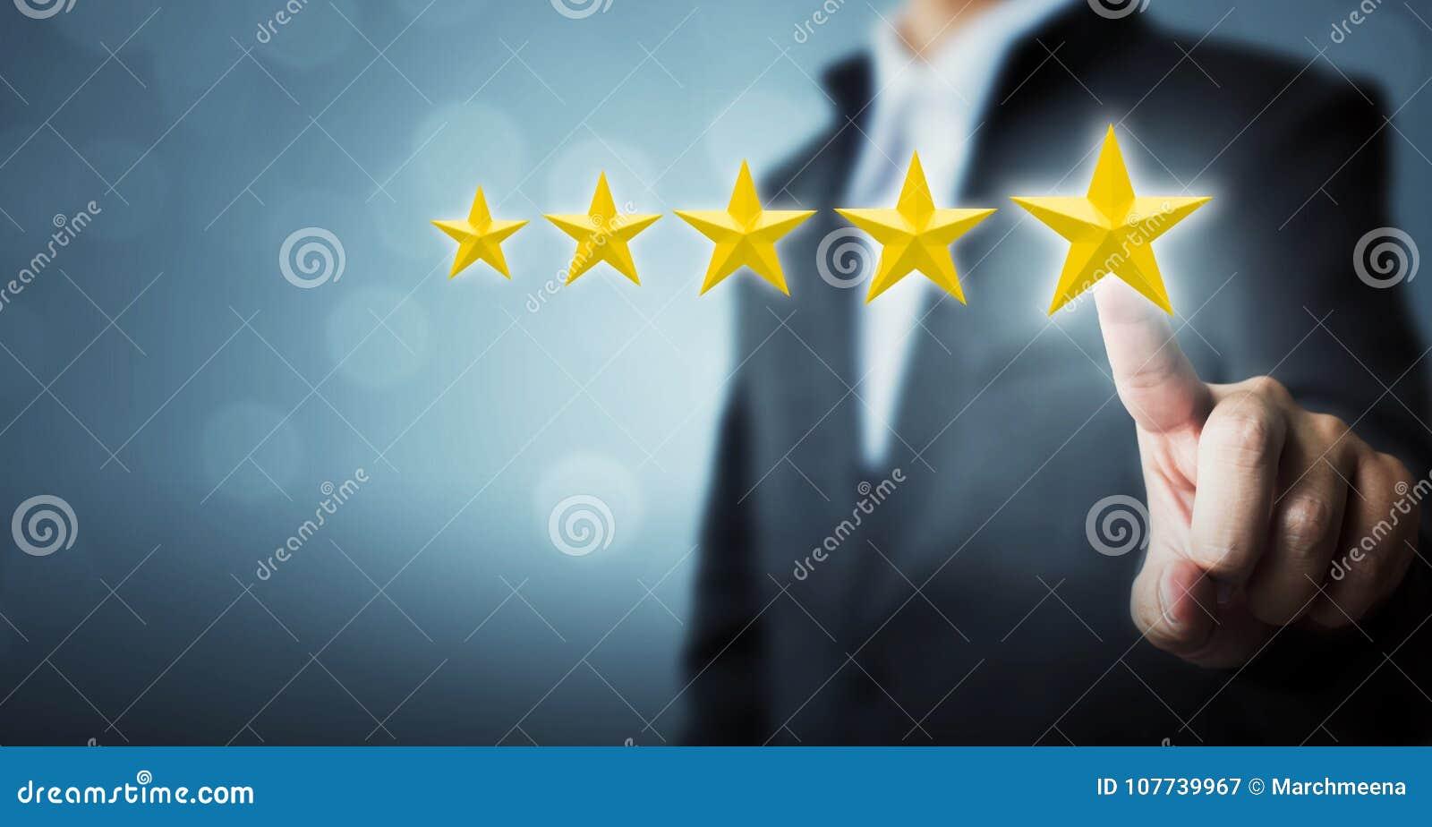 Homem de negócios que aponta um símbolo de cinco estrelas à avaliação do aumento dos comp(s)