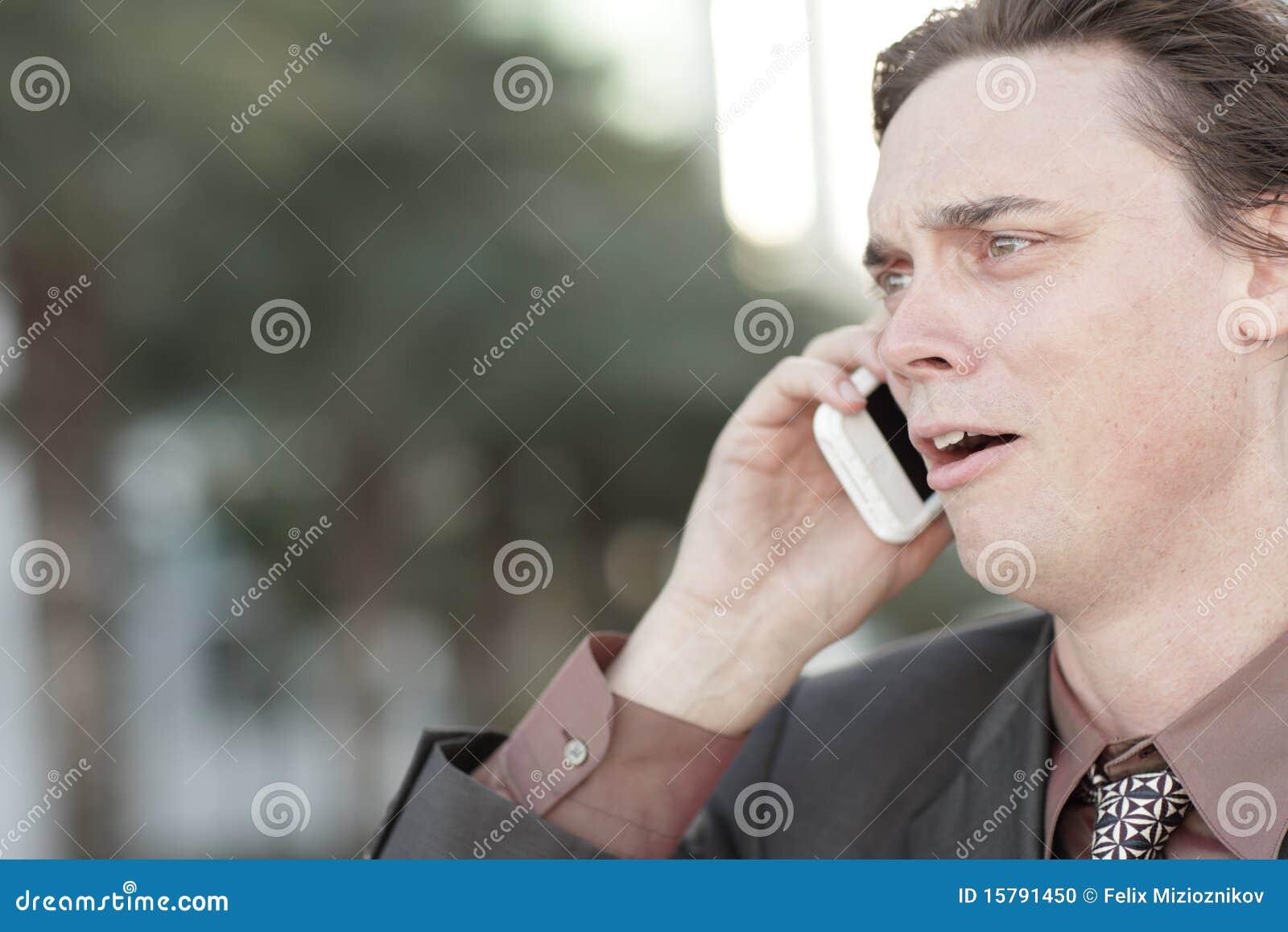 Homem de negócios que começ despedido sobre o telefone