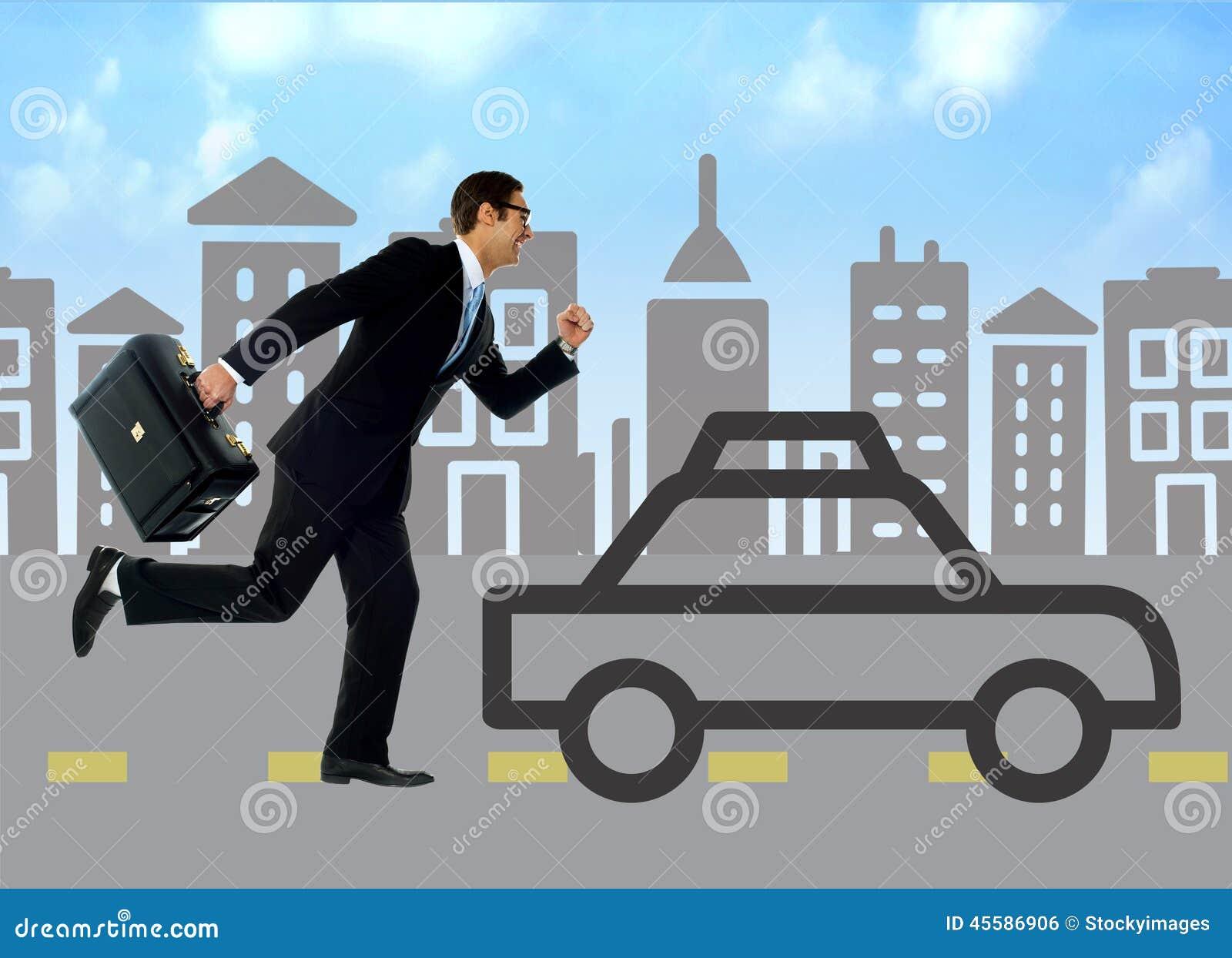 Homem de negócios que corre atrás do carro da silhueta