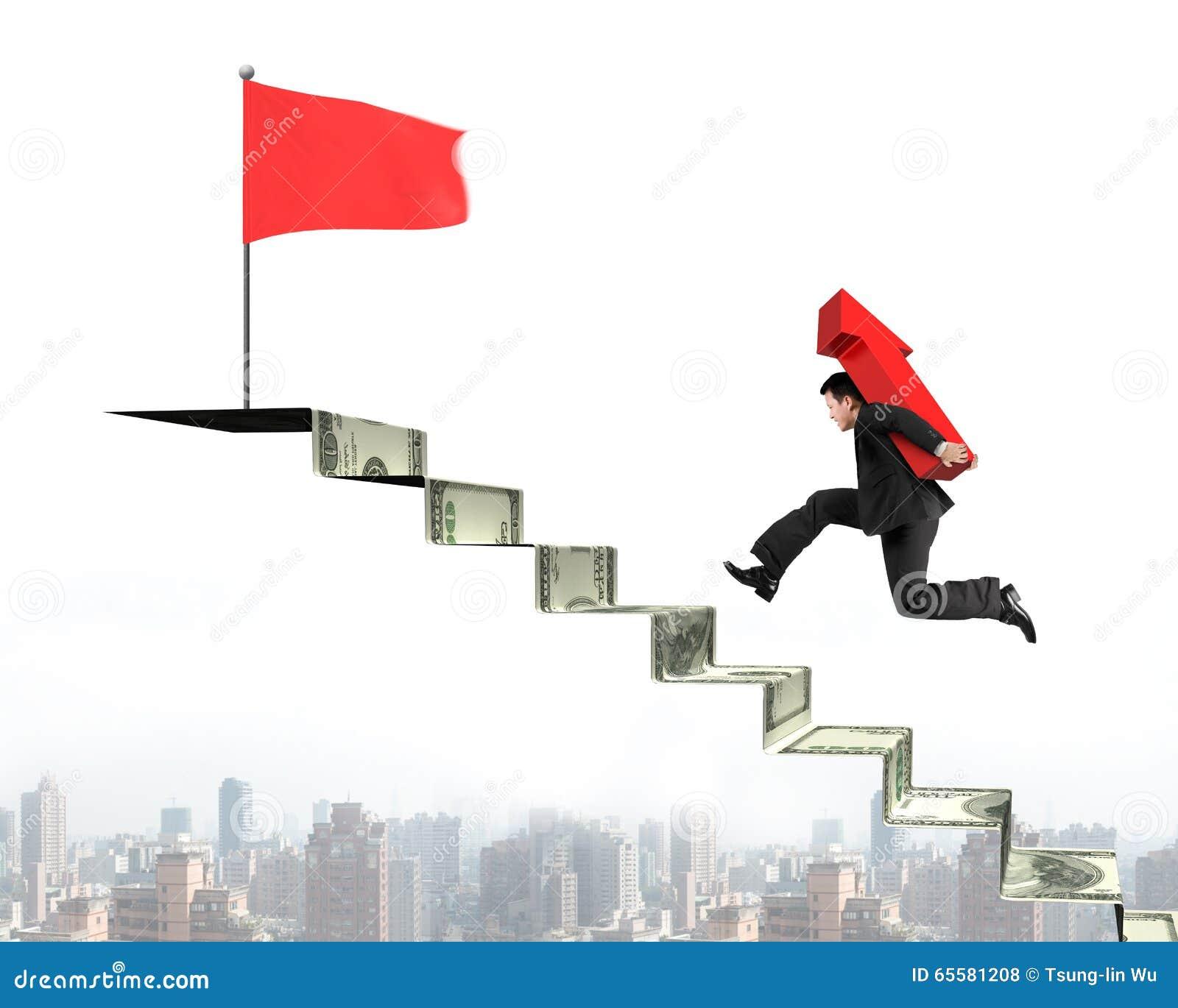 Homem de negócios que corre em escadas do dinheiro com a seta para a bandeira superior