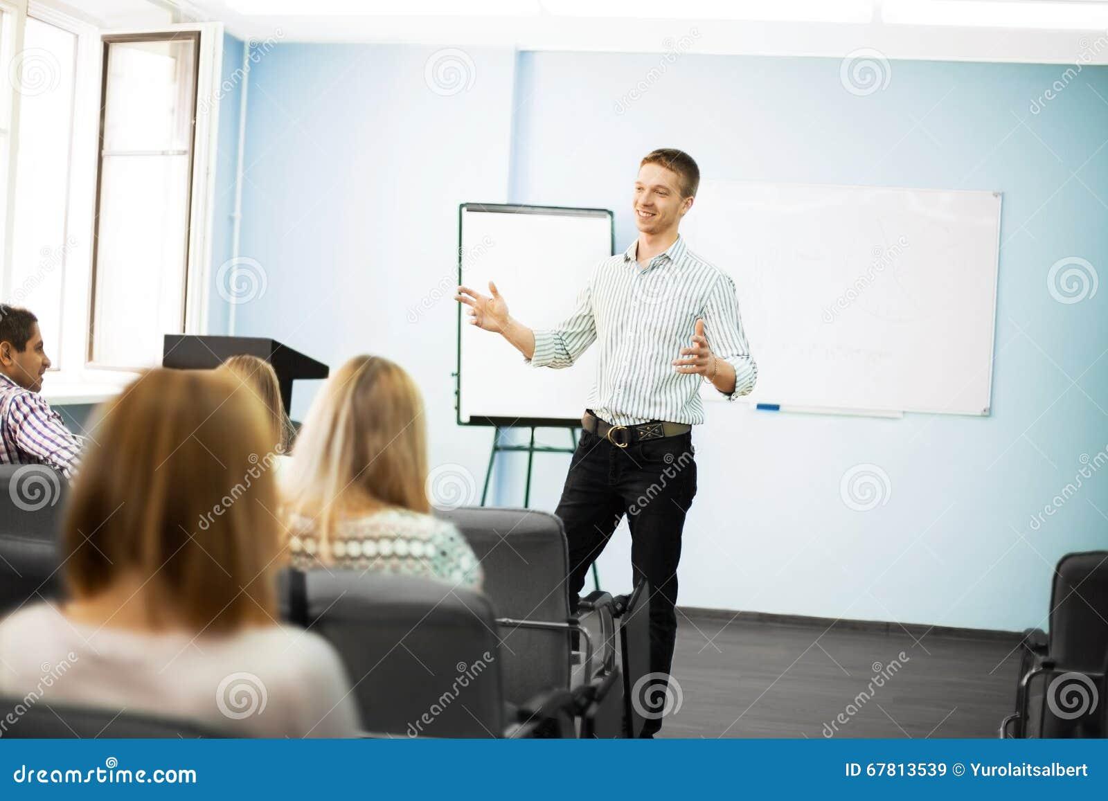 Homem de negócios que dá uma apresentação no flipchart