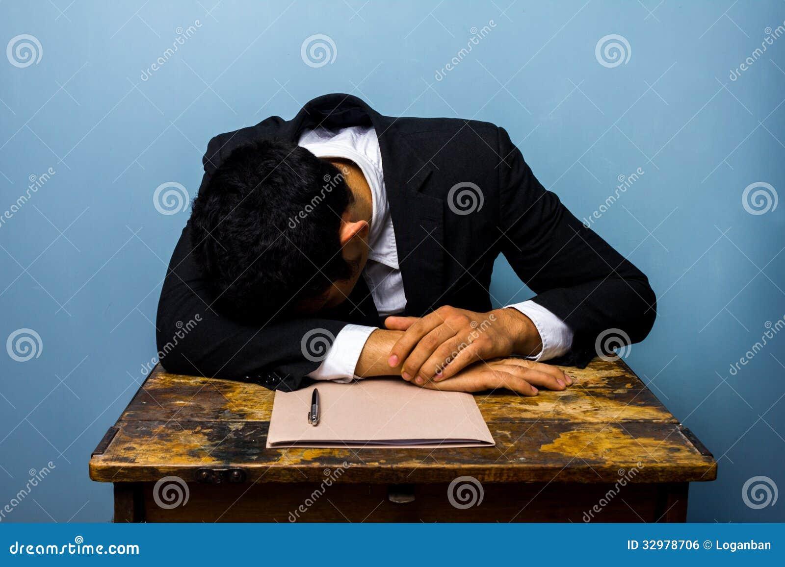 Homem de negócios que dorme após ter fechado o negócio importante