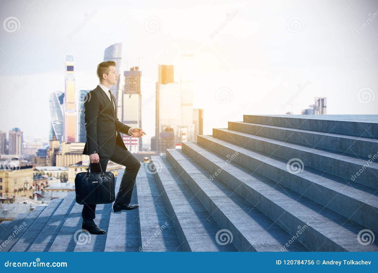 Homem de negócios que escala ao sucesso