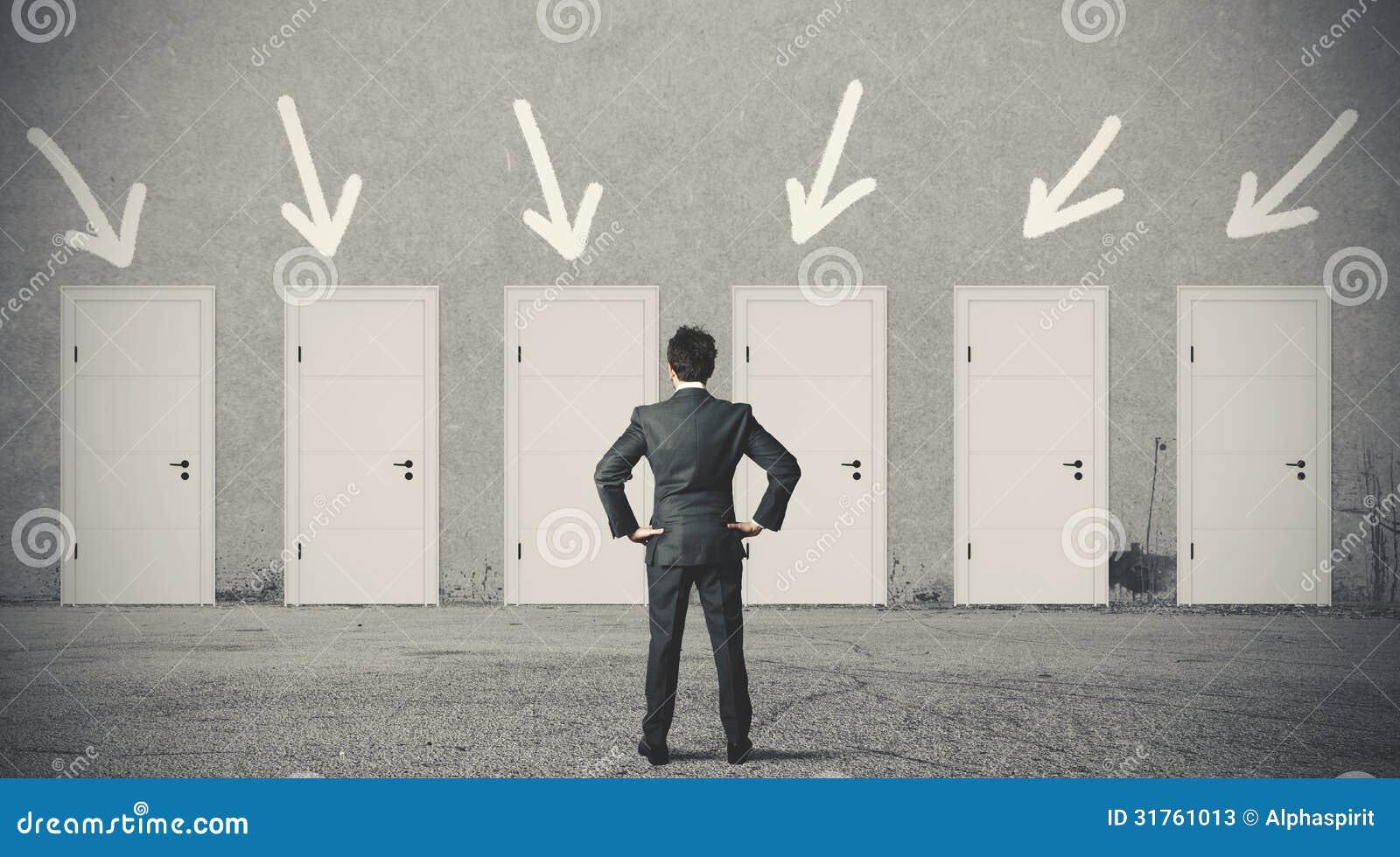 Homem de negócios que escolhe a porta direita