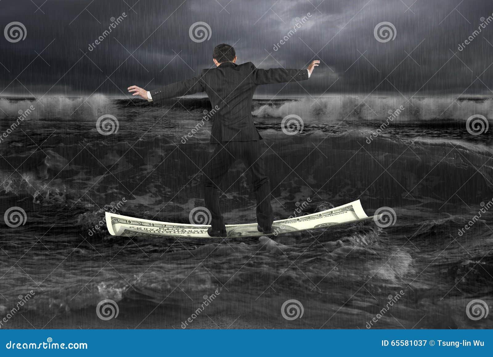 Homem de negócios que está de equilíbrio no barco do dinheiro que flutua em OC escuro