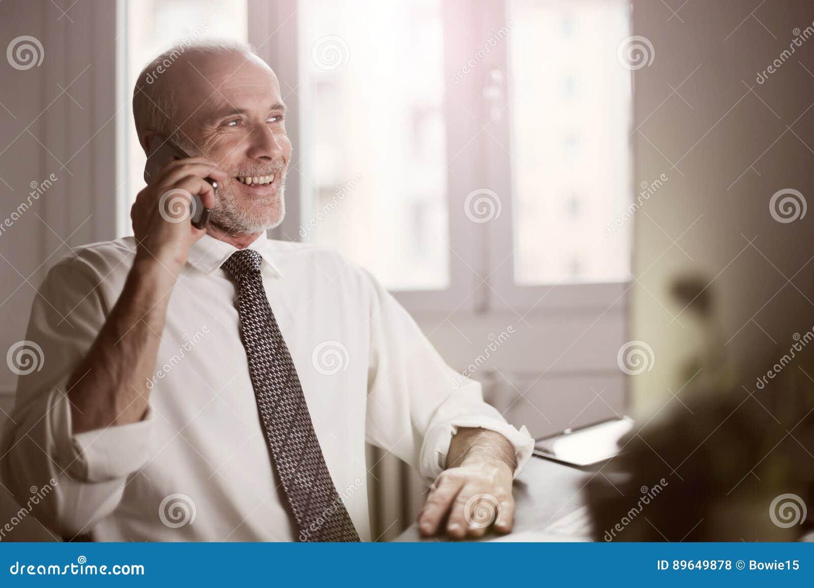 Homem de negócios que faz um atendimento