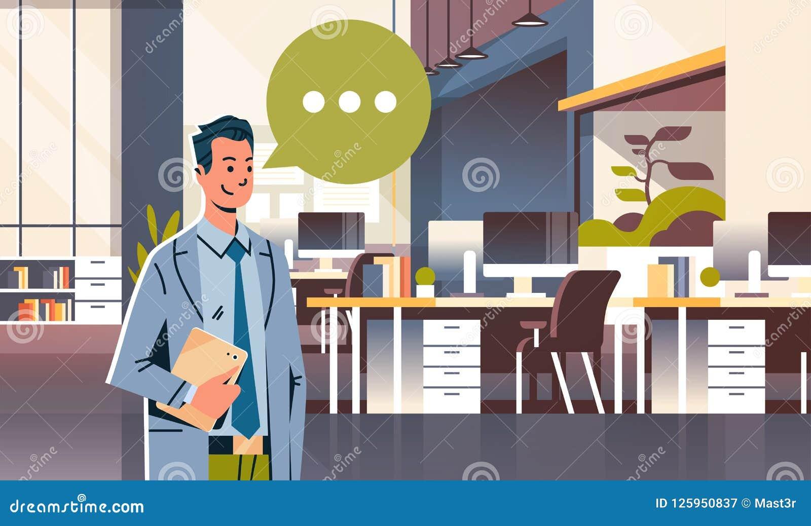 Homem de negócios que guarda o ícone da bolha do bate-papo do discurso da tabuleta sobre o homem de negócio interior do escritóri