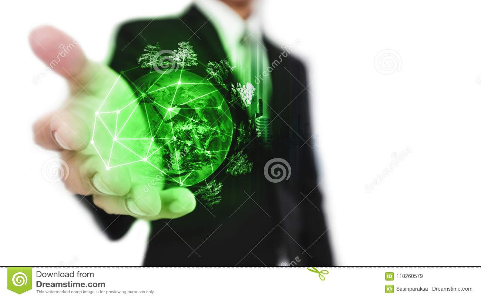 Homem de negócios que guarda o mundo verde com árvores, recurso sustentável do negócio e conceito ambiental, no fundo branco elem
