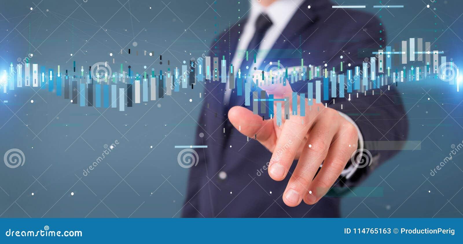 Homem de negócios que guarda um infor de troca dos dados da bolsa de valores do negócio
